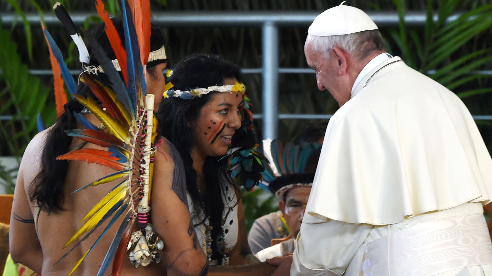 Representantes de los pueblos originarios le entregan un presente a Francisco