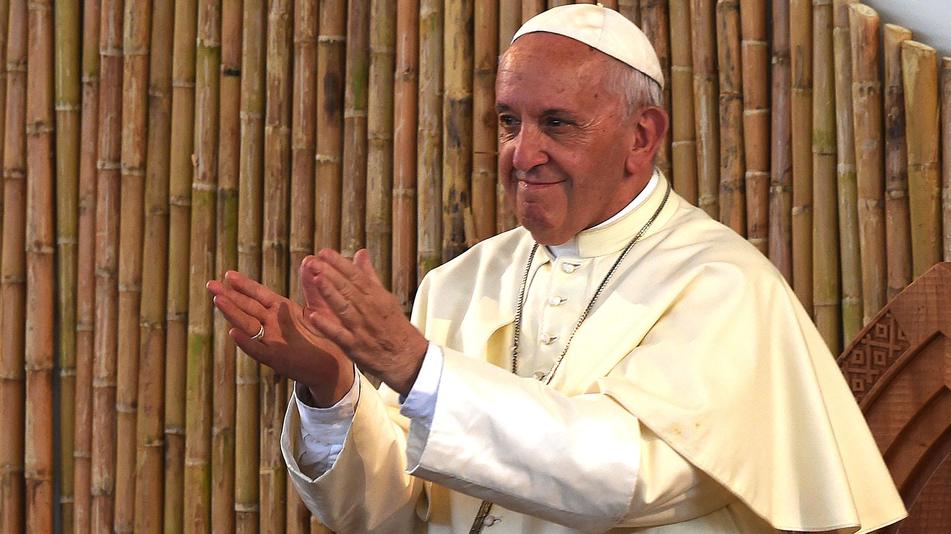 El Papa aplaude uno de los actos preparados por la comunidad local en su honor