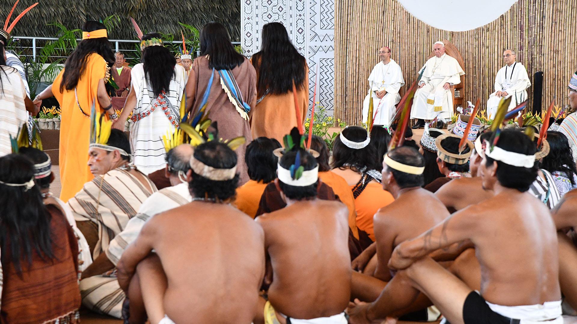 Los representantes de las comunidades indígenas saludaron a Francisco e hicieron muestras de danzas y cantos