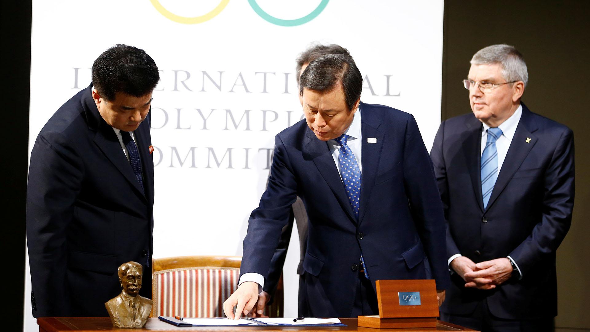 Kim Il Guk, presidente de Comité Olímpico de Norcorea (NOC)y Jong-Hwan Do, Ministros de Cultura, Deporte y Turismo de Corea del Sur (Reuters)