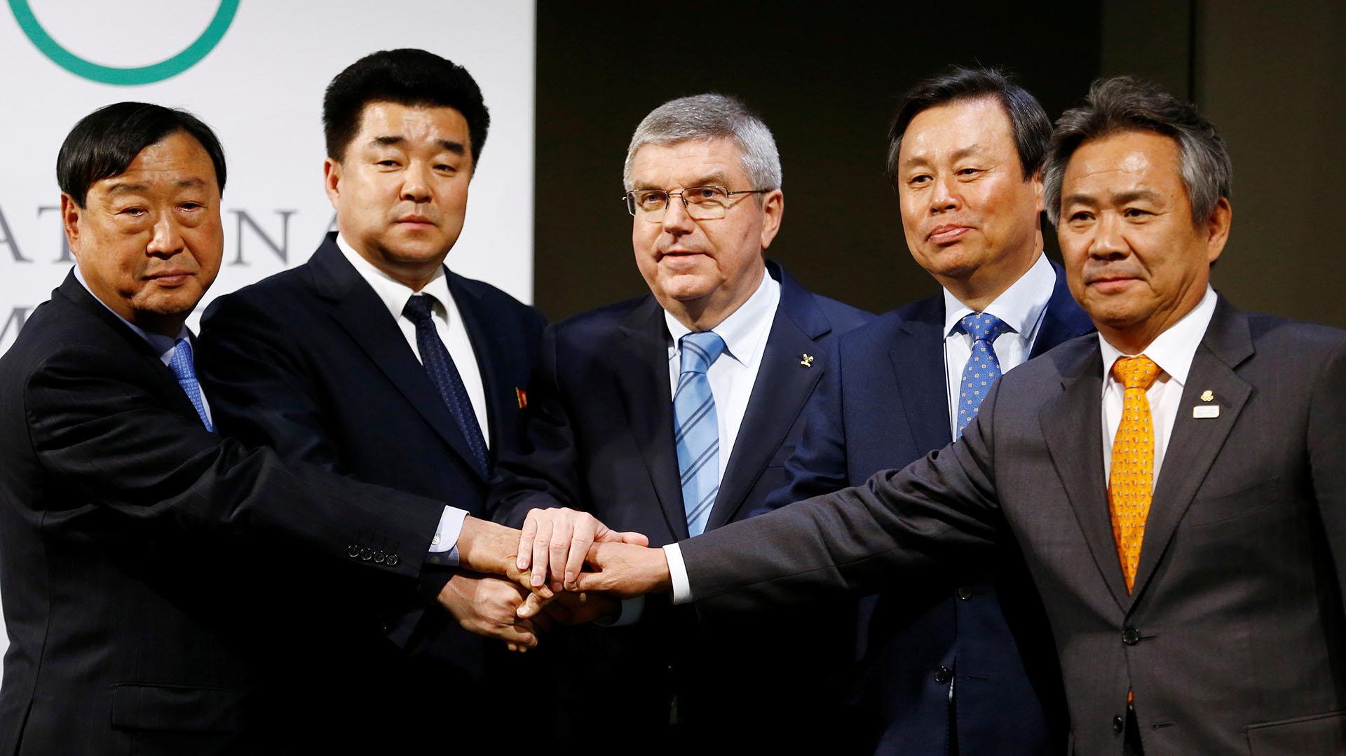 Thomas Bach junto a representantes de Corea del Norte y Corea del Sur (Reuters)