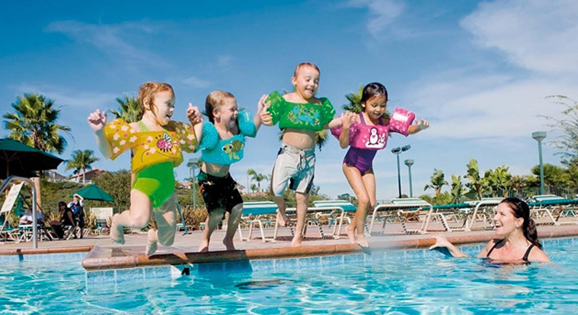 Los menores, siempre deben tener flotadores en sus brazos, pecho o cintura