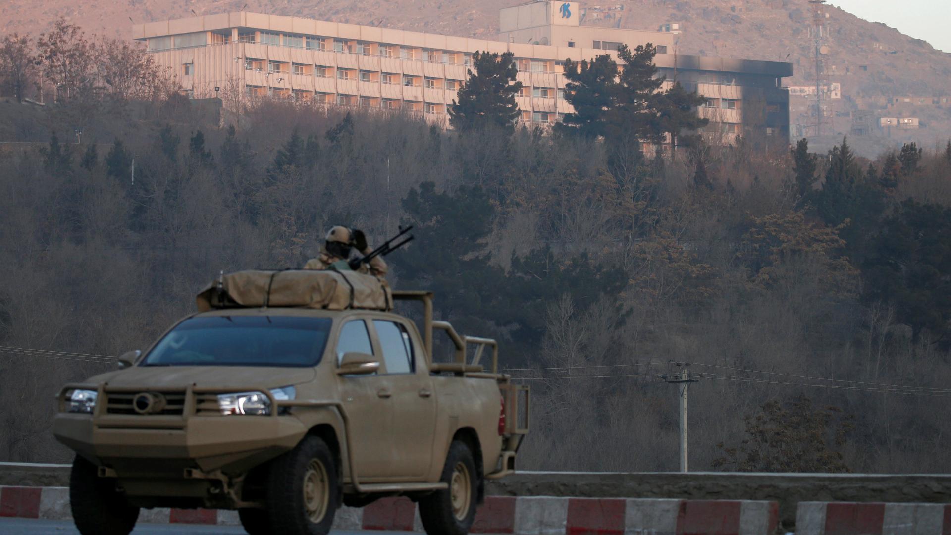 Tropas afganas patrullan el hotel