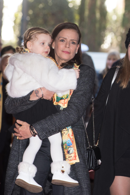 La princesa Gabrielle , en brazos de su tía Estefanía