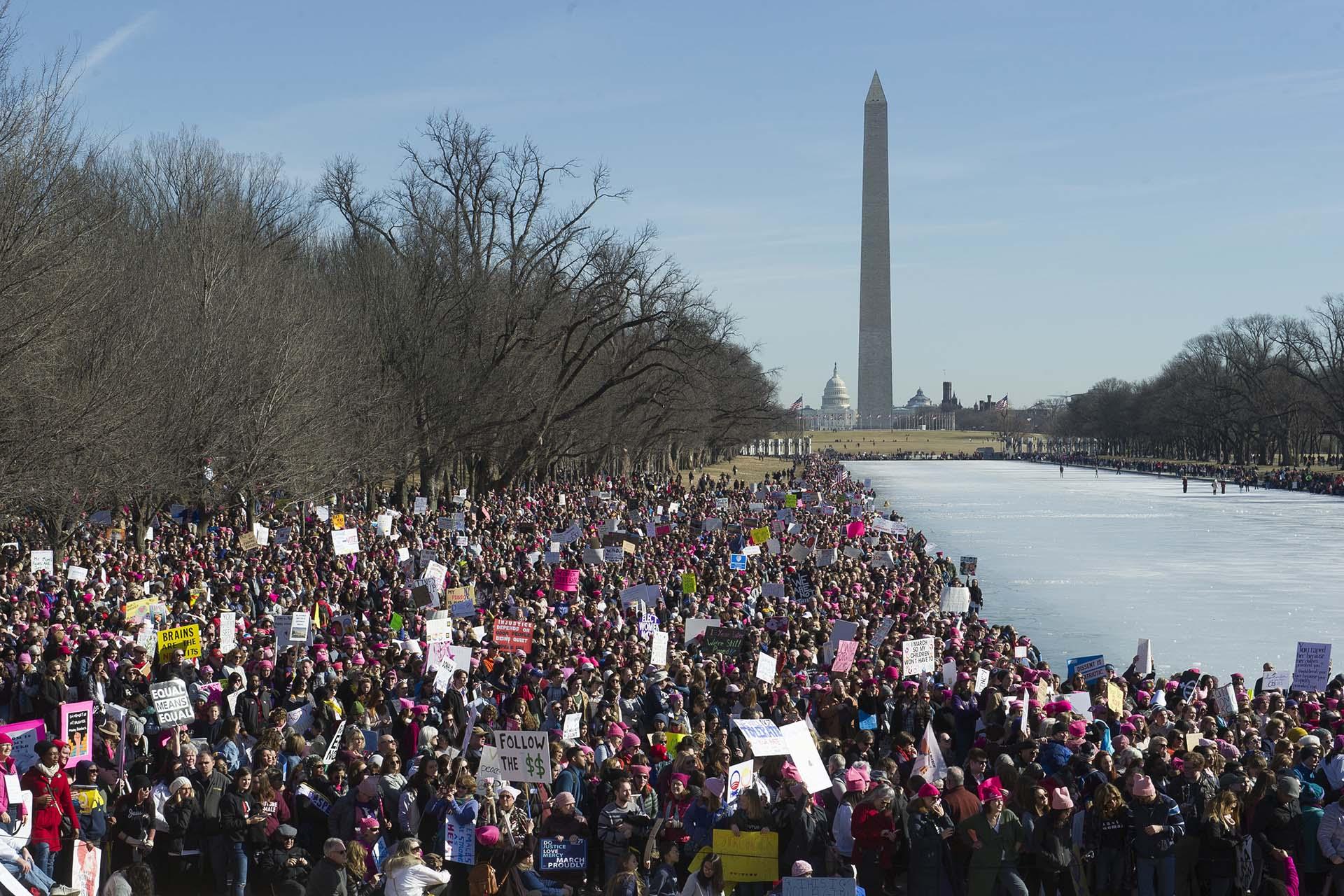 Miles de mujeres y miembros de la comunidad LGBT también se movilizaron en Washington (AP)