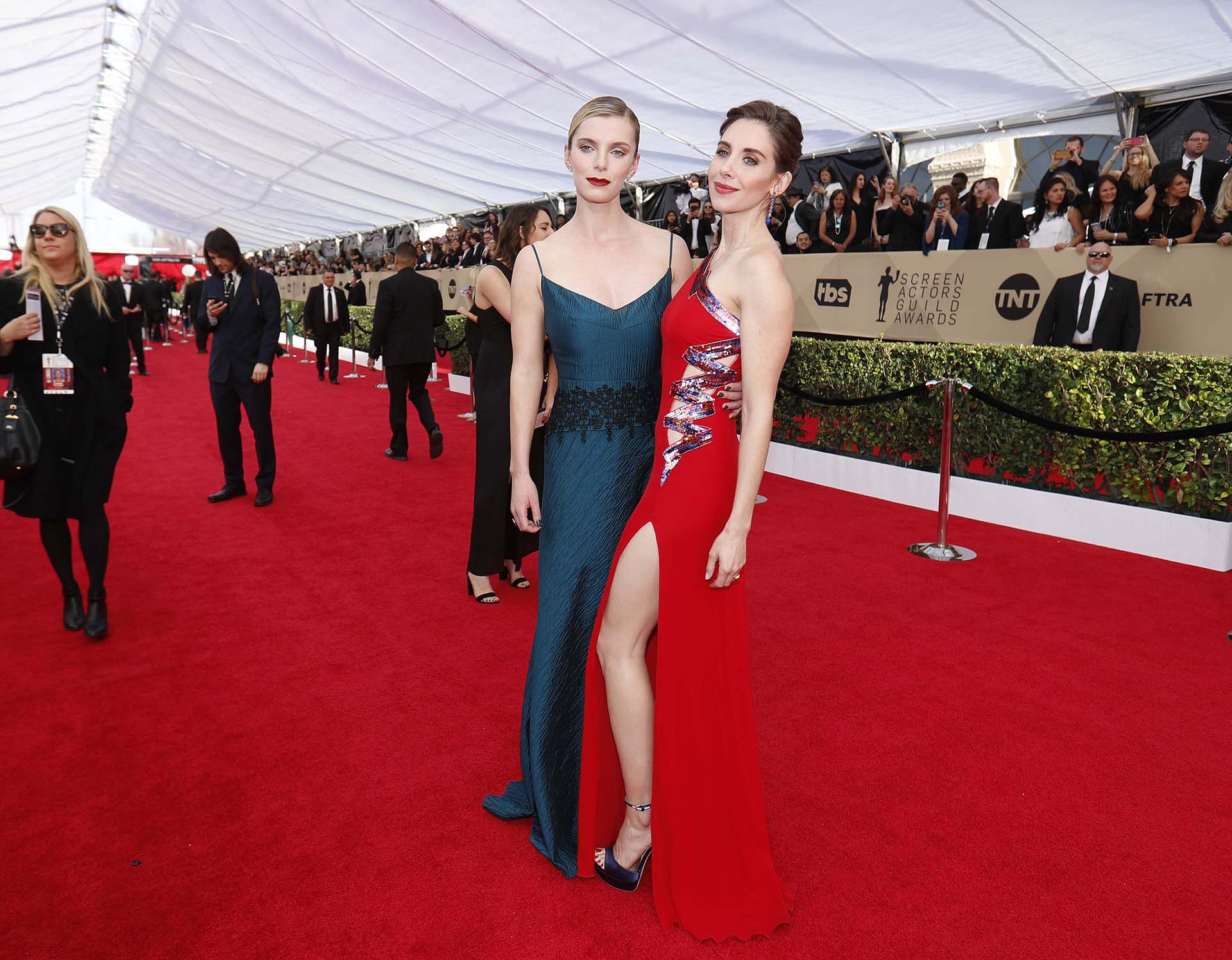 Betty Gilpin y Alison Brie (REUTERS/Mike Blake)