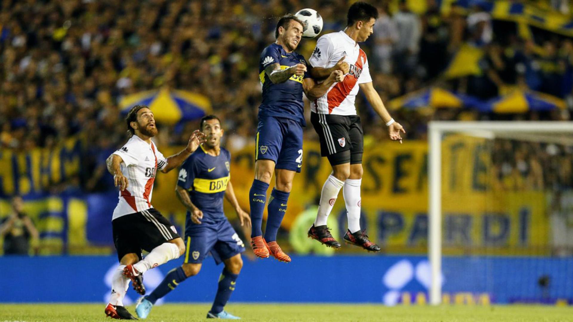 Ponzio y Tevez no pueden creer el irreal vuelo en el aire de Martínez y Buffarini