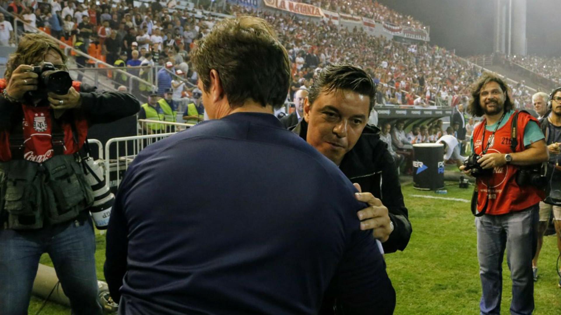 Saludo de protocolo entre Gallardo y Guillermo antes de comenzar el partido