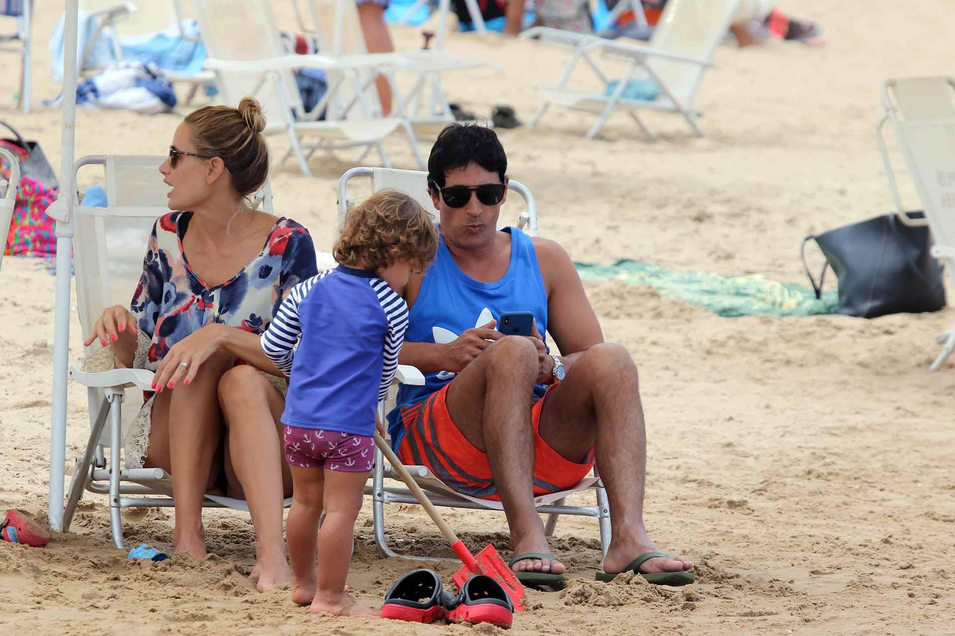 Sebastian Estevanez, con su mujer y su hijo