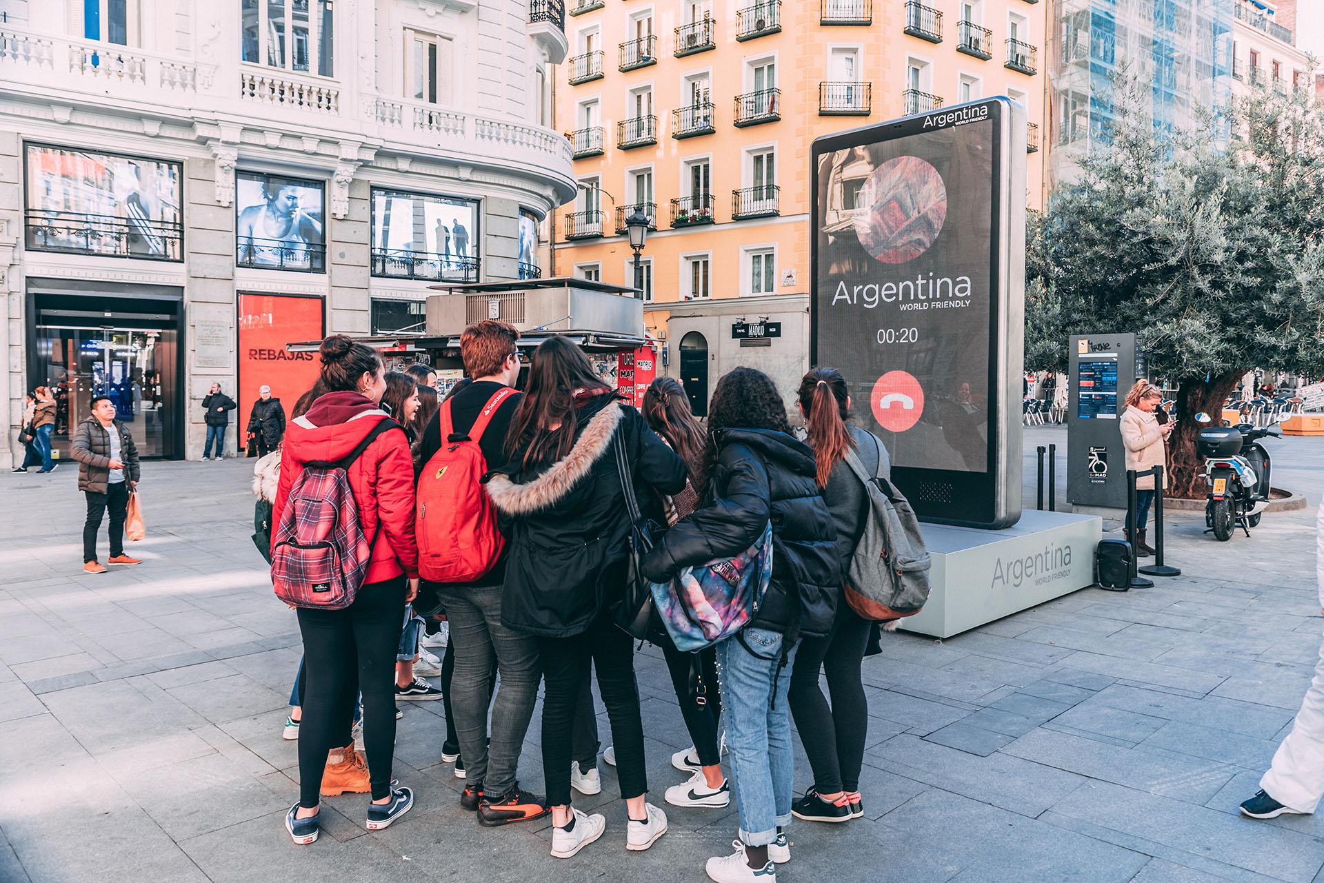 Parece salido de una película, pero nada de eso: fue una instalación del Ministerio de Turismo de la Nación en una de las calles más concurridas de Madrid para promocionar los destinos turísticos del país.