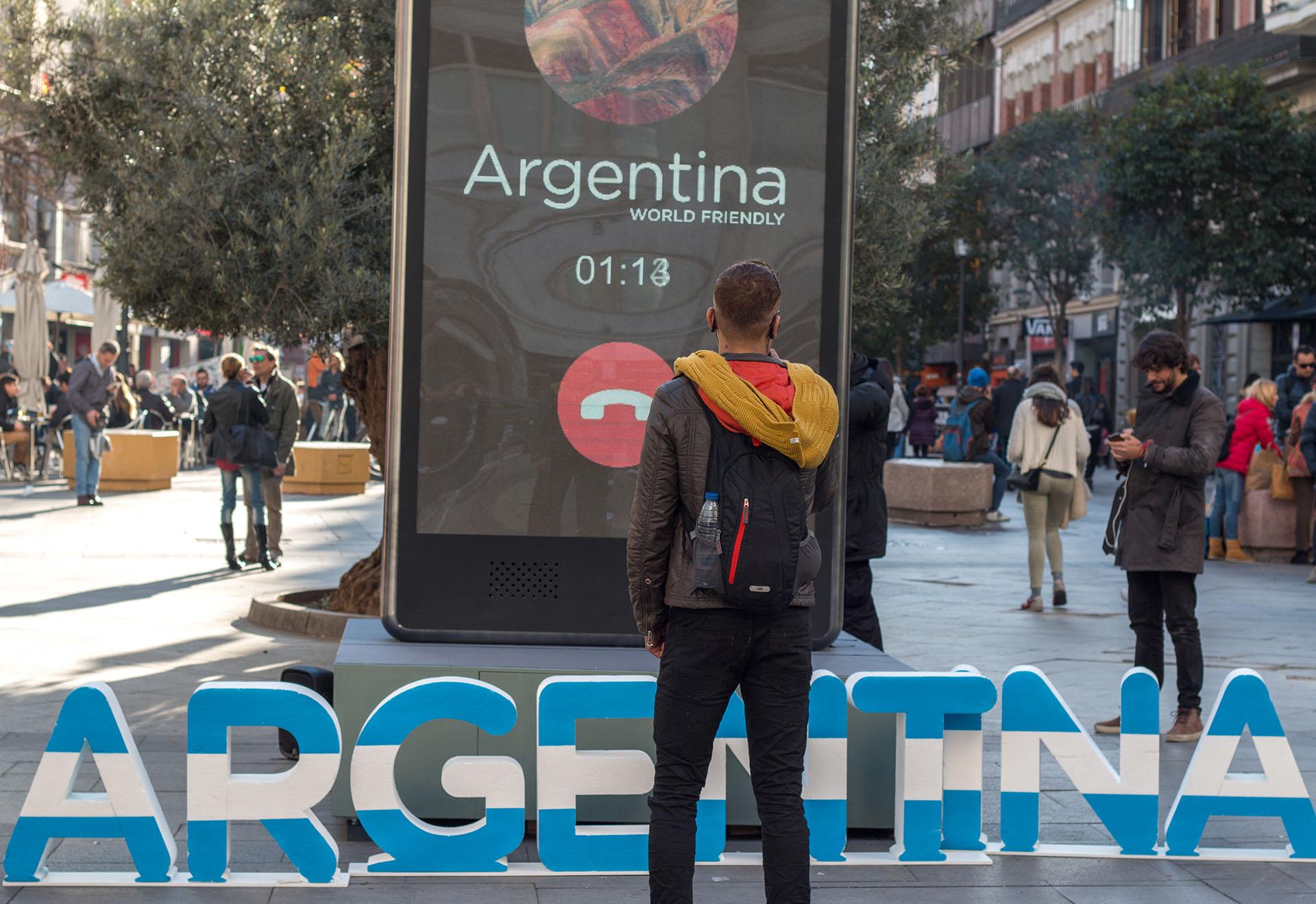 Un teléfono gigante sorprendió con una videollamada especial a la gente que caminó por Madrid la semana pasada. Permitó hablar con personas que se encontraban viajando por nuestro país.