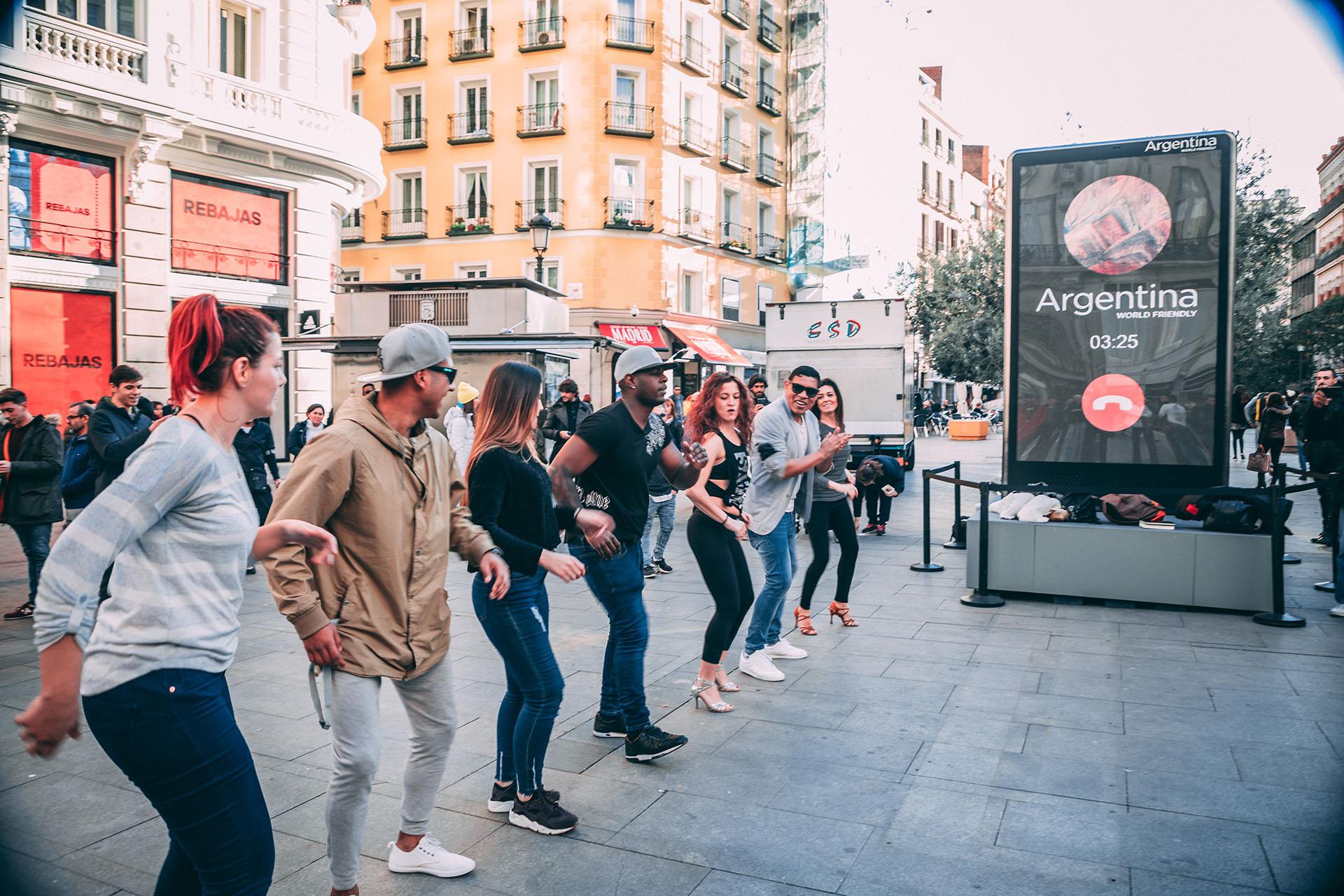 Muchos se animaron a atender el llamado que llegaba desde Argentina, y hasta hubo baile.