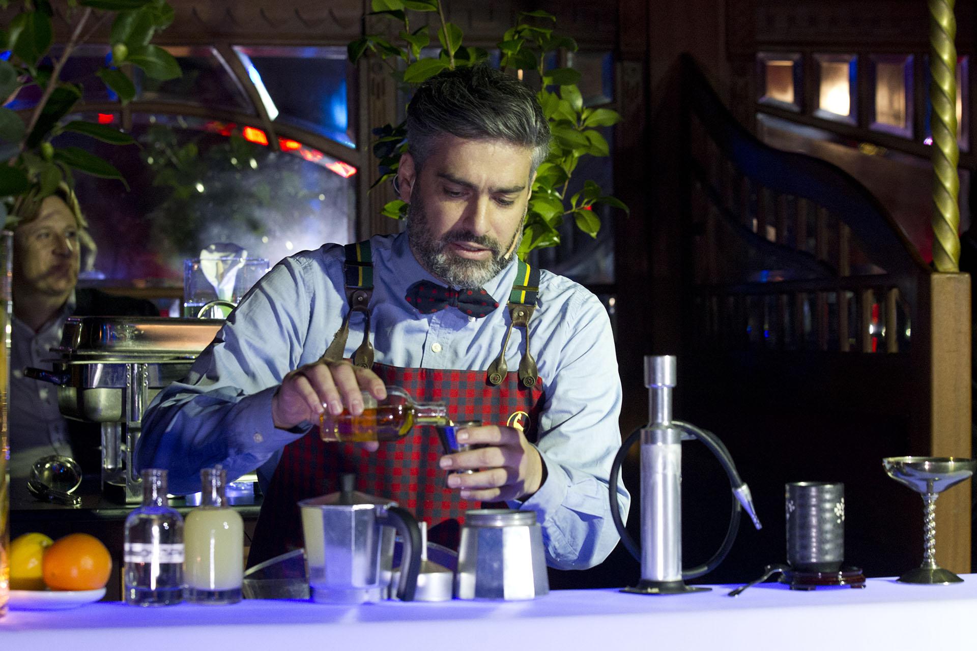 El bartender Diego Cabrera presentó el cóctel Mate, hecho con yerba de Misiones, manzanas de la Patagonia, gelatina de vino malbec de Mendoza y aromas de la cordillera. Todo un recorrido por el país en un solo trago.