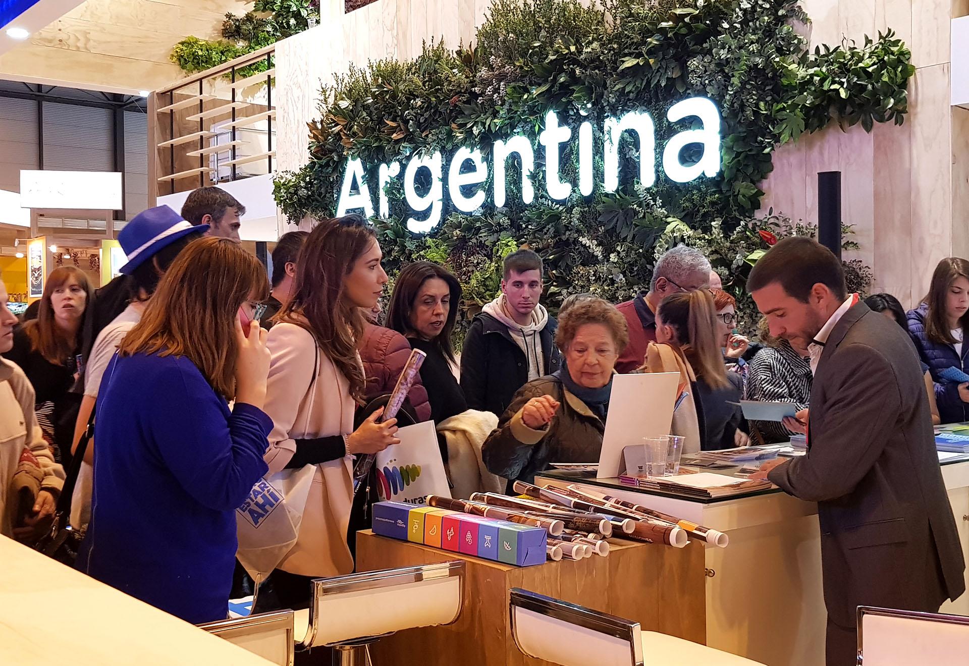 Sábado y domingo, la feria estuvo abierta al público general. Turistas de todo el mundo se detuvieron en el stand argentino para conocer más del país.