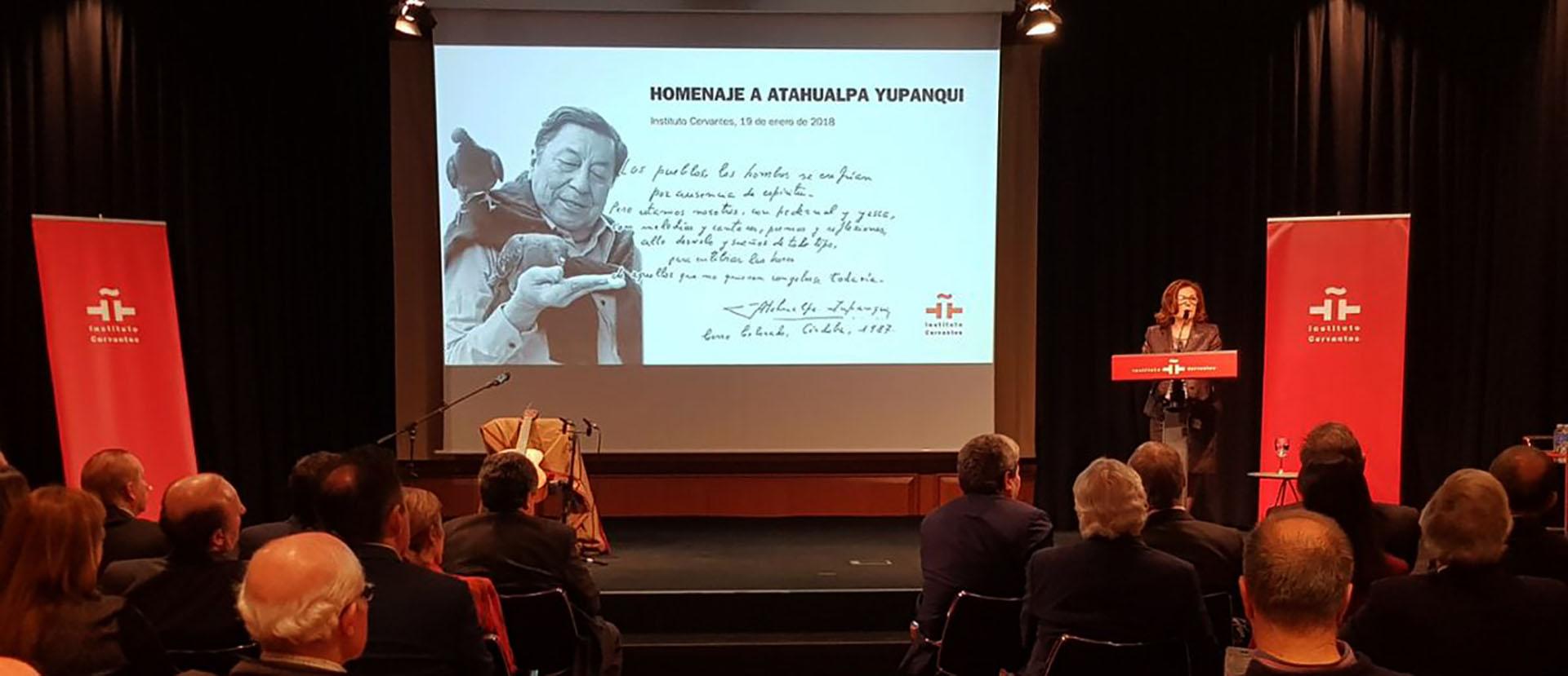 Patrimonio argentino en España: se hizo un homenaje al cantautor Atahualpa Yupanqui en el instituto Cervantes de Madrid. Su hijo, Roberto Chavero, depositó en la Caja de las Letras del Instituto el legado de su padre.