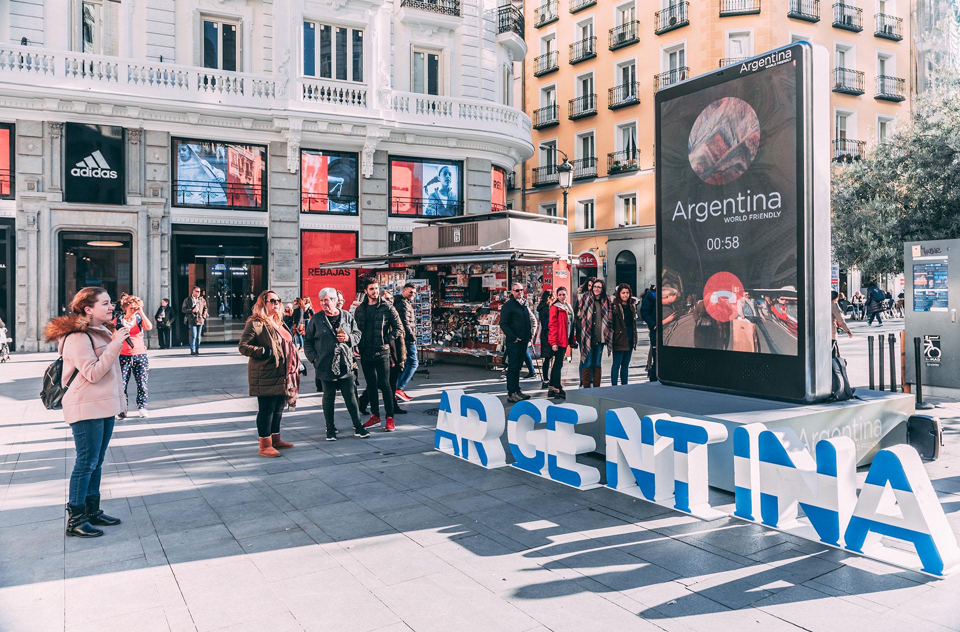 """""""Argentina se está promocionando de una manera innovadora. Buscamos nuevos recursos para sorprender a los potenciales turistas y entusiasmarlos para visitar nuestro país"""", dijo el ministro de Turismo de la Nación, Gustavo Santos."""