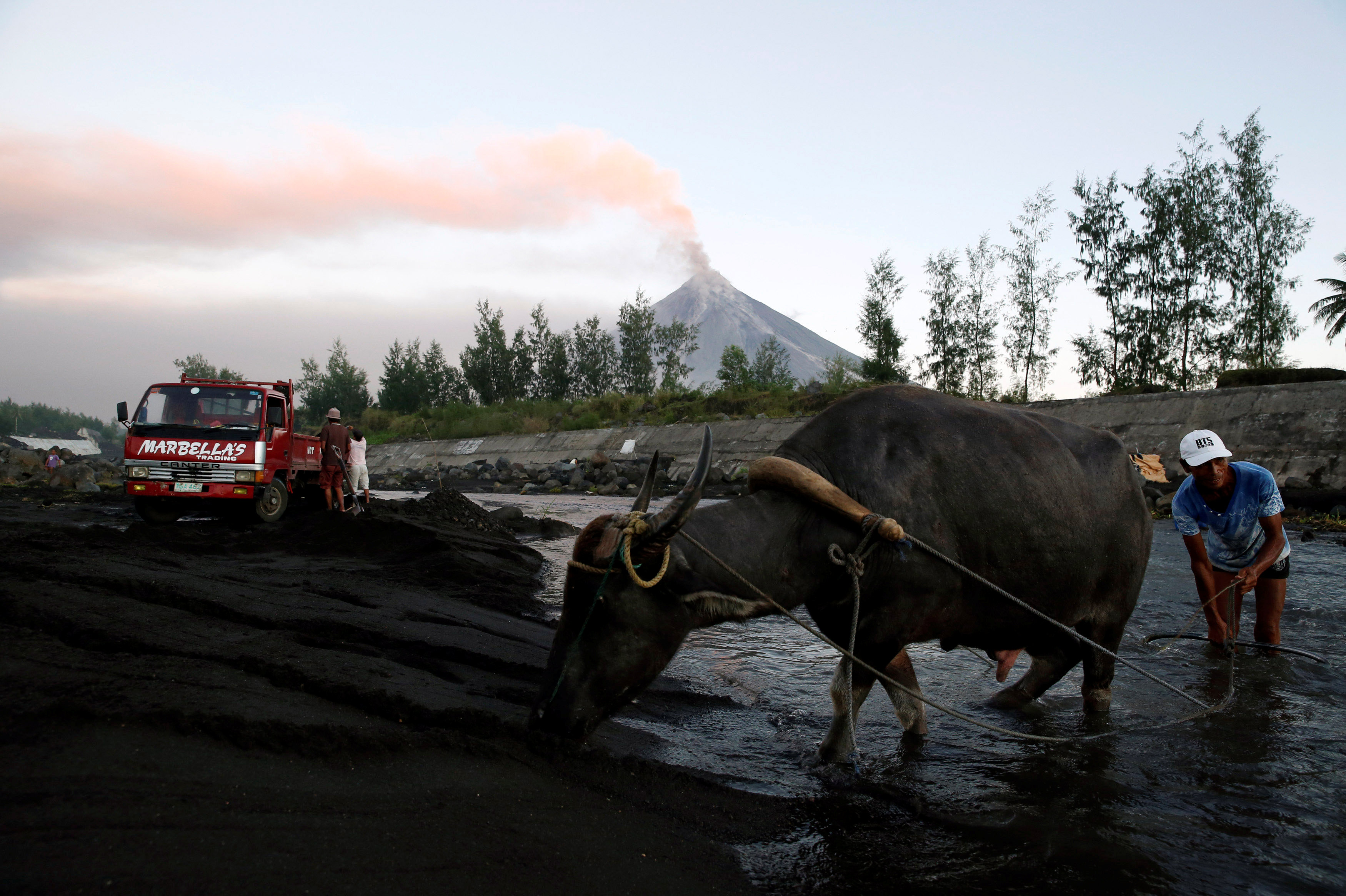 El lunes se registró una violenta erupción que fue la más potente desde que el volcán comenzó su actividad hace más de una semana (Reuters)
