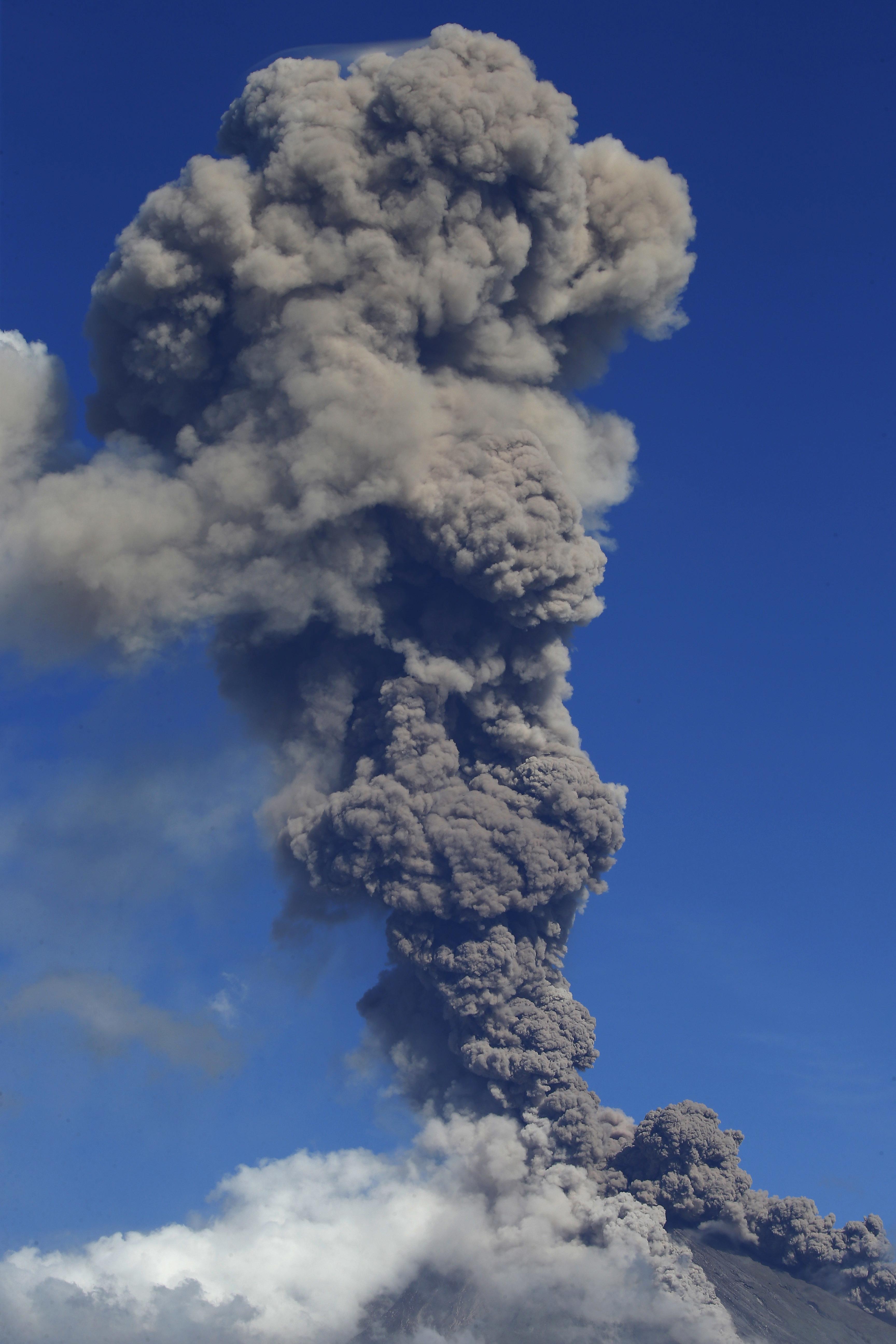 Se expandió la zona de peligro a ocho kilómetros del cráter, con lo que se afectó a miles de residentes adicionales (AP)