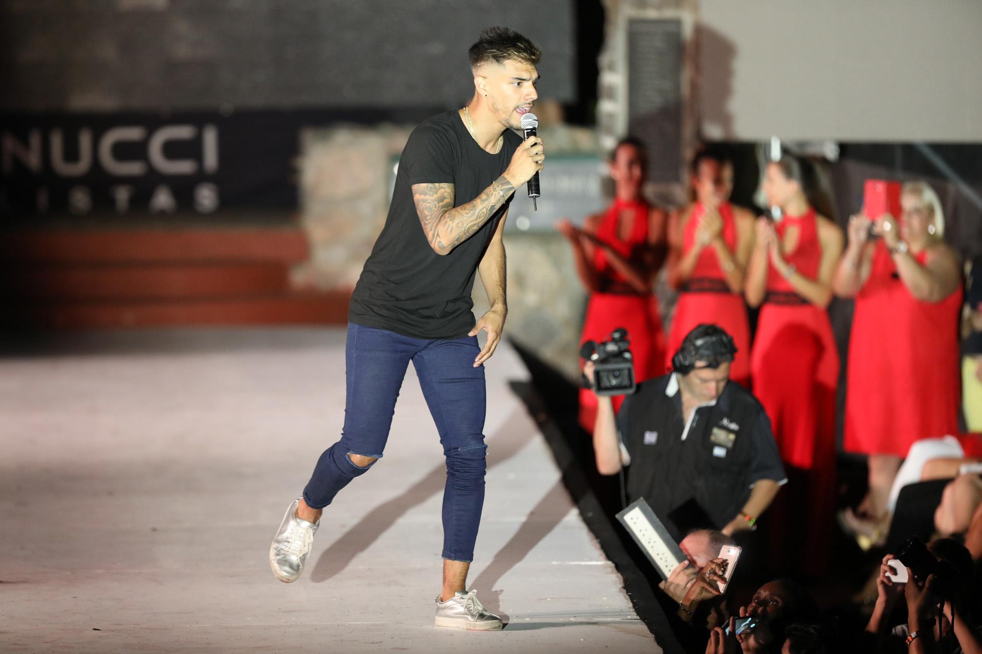 Tyago Griffo cantó un tema en el desfile