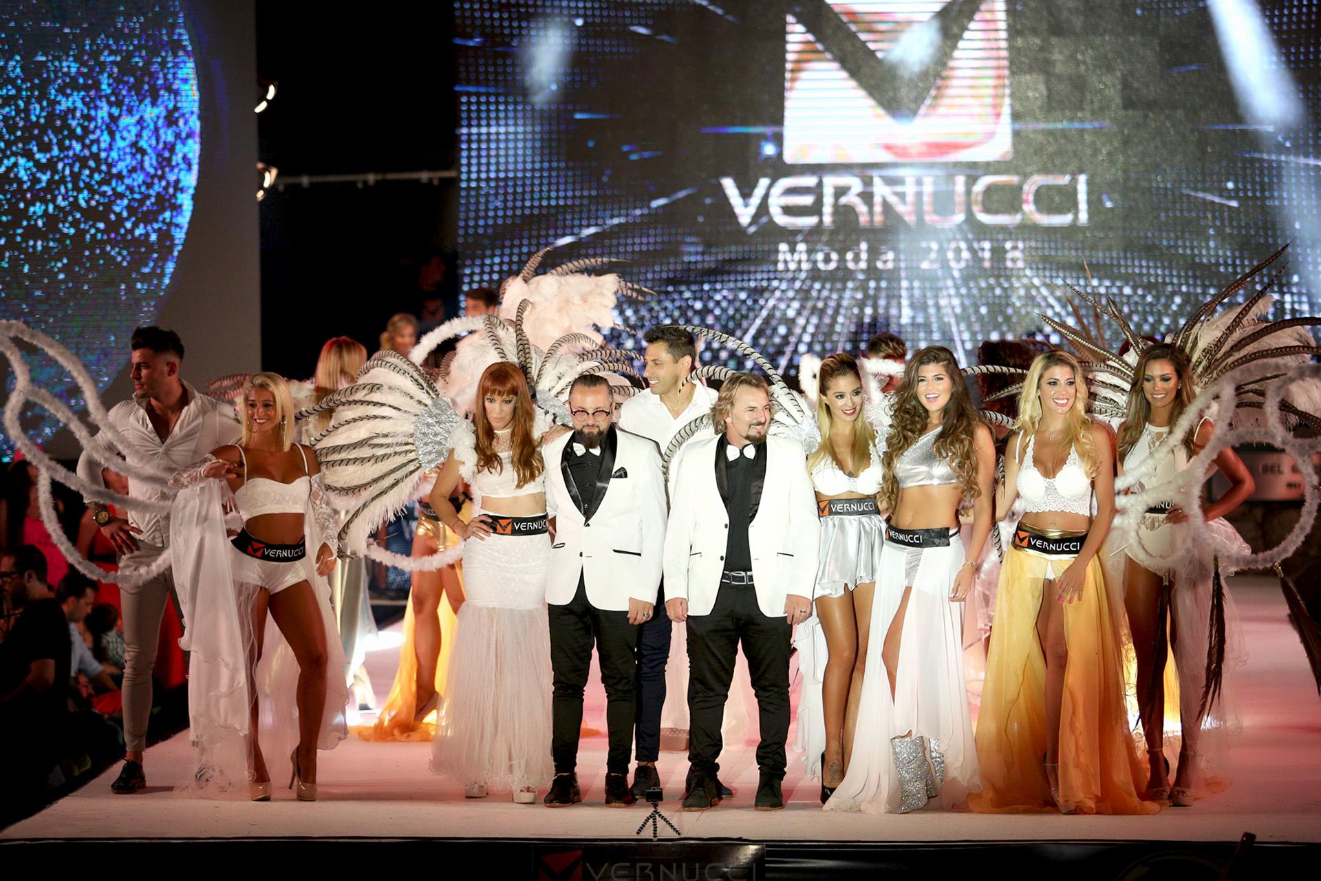 Saludo final del desfile de los hermanos Vernucci