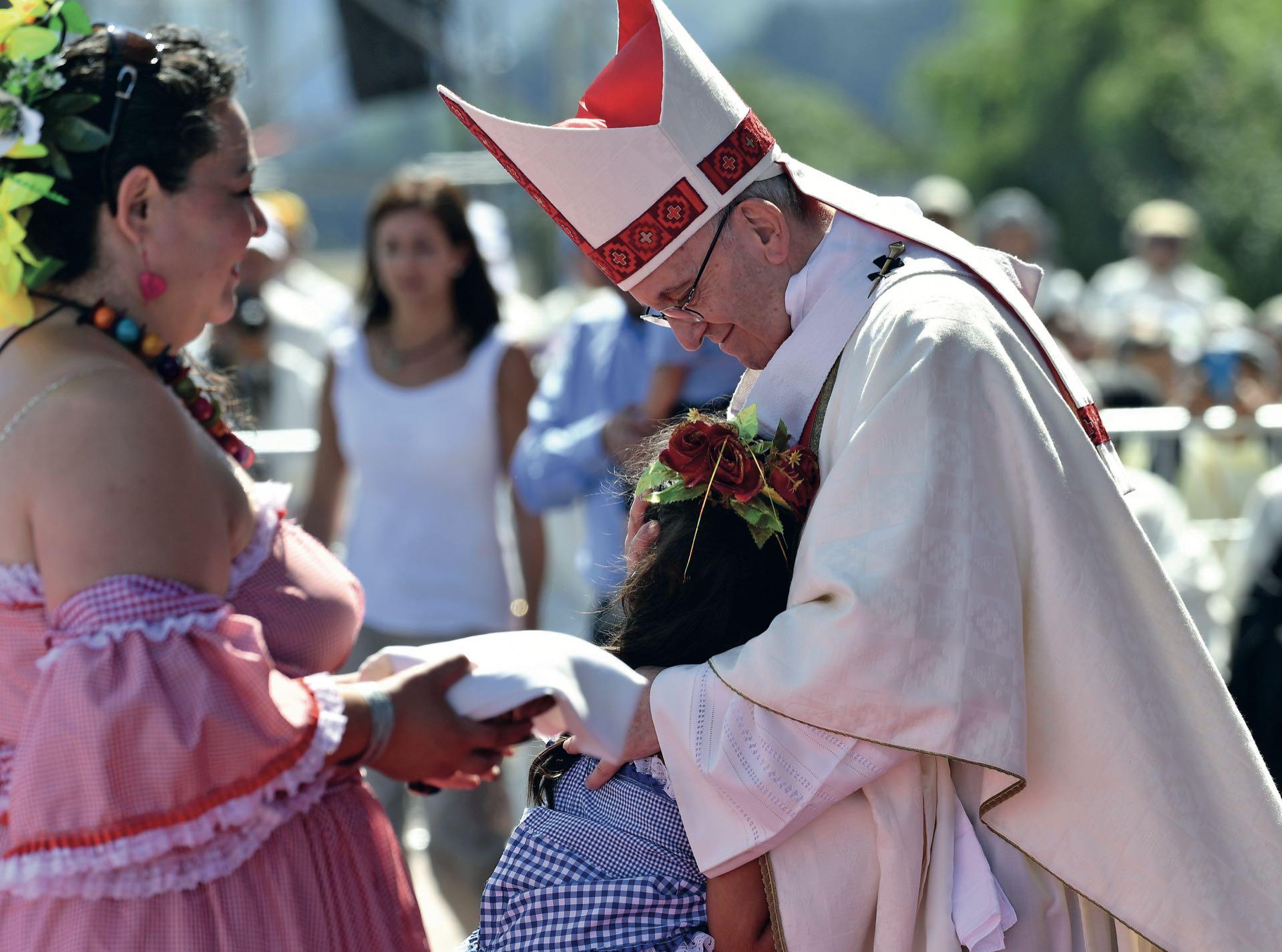 Con una representante mapuche en Temuco, donde exigió el respeto a las minorías.