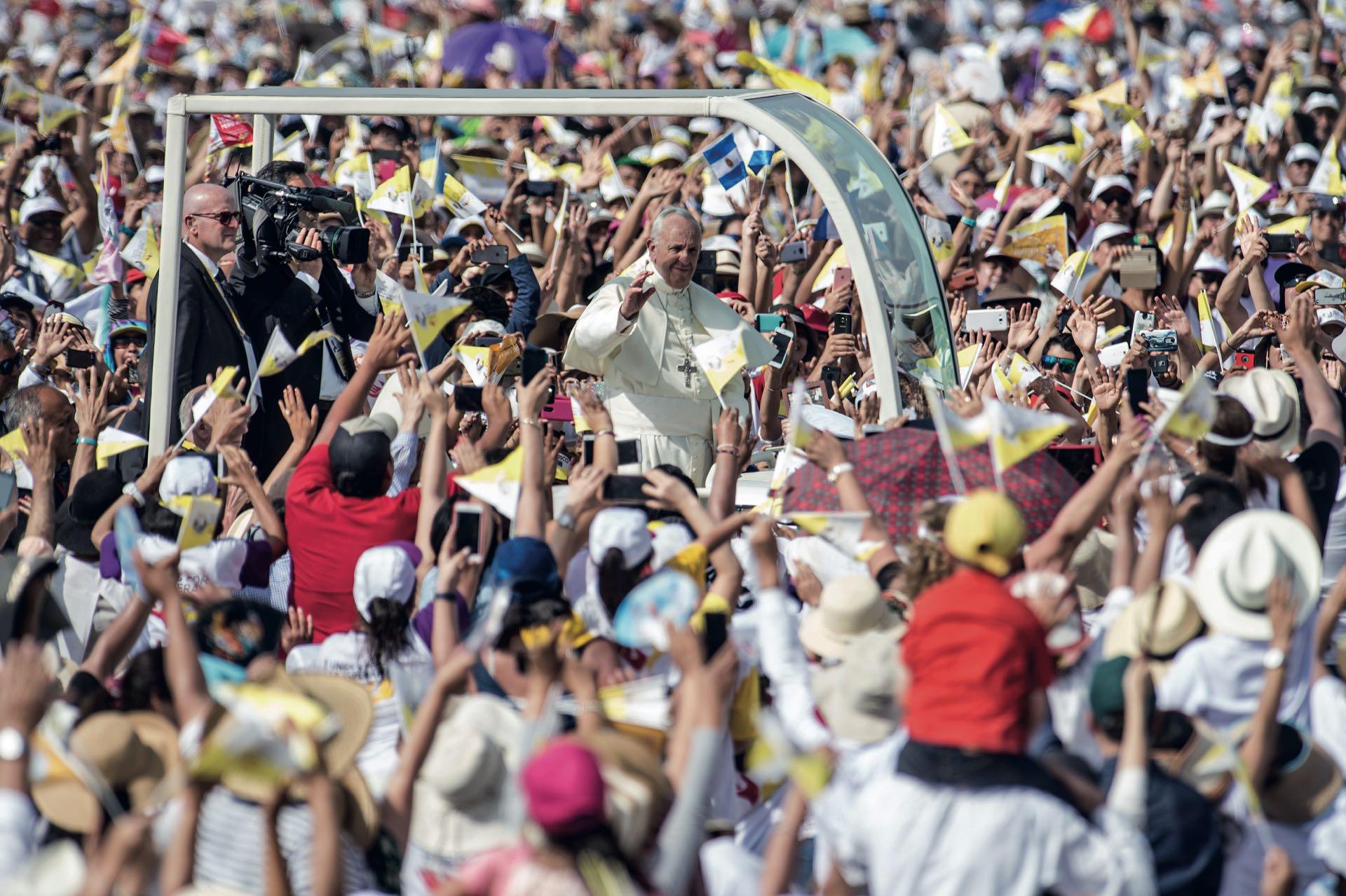 El Papamóvil abriéndose camino en la base aérea Las Palmas, en Lima