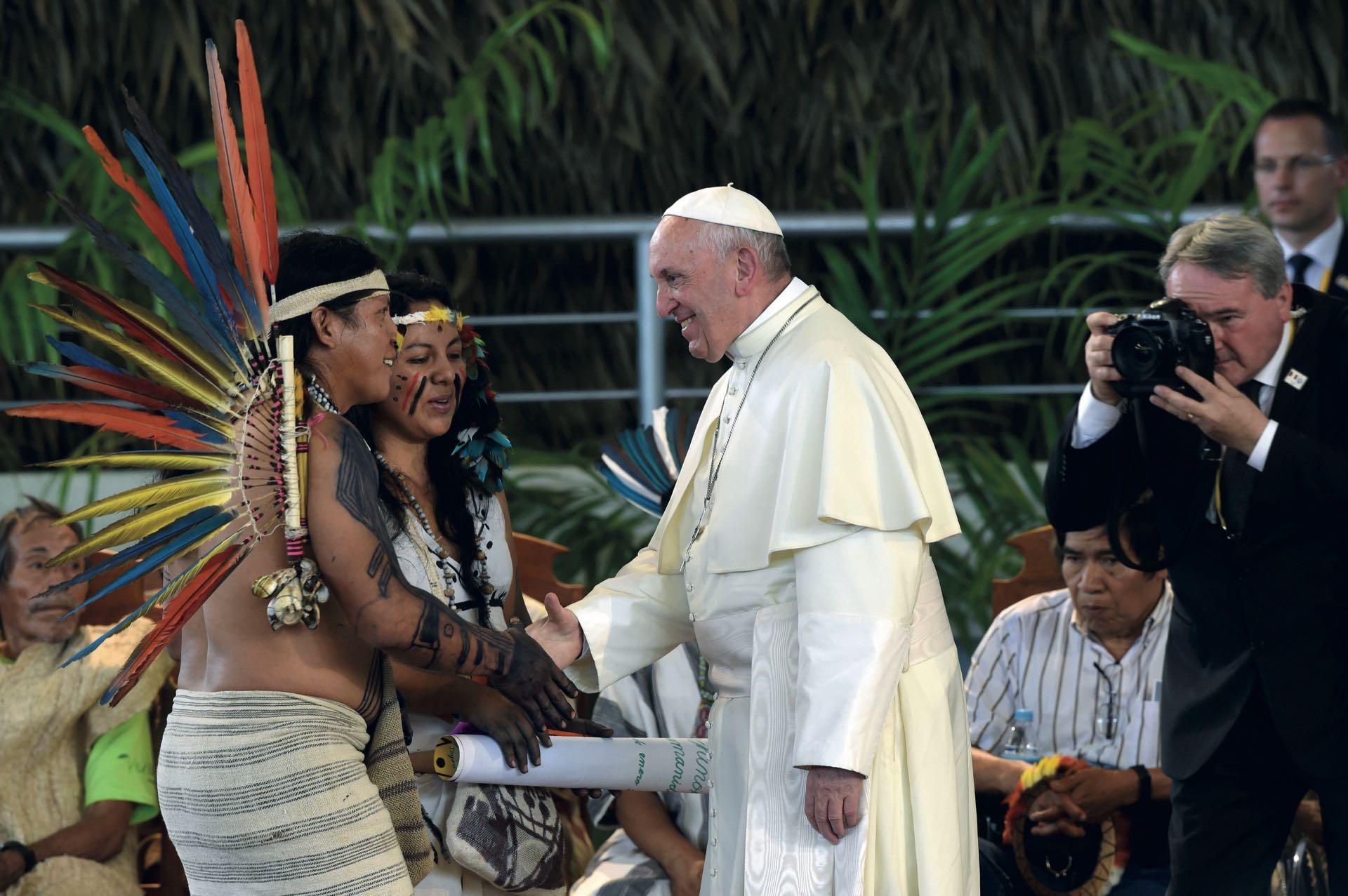 """Francisco inició la visita en Puerto Maldonado, la entrada al Amazonas peruano. """"La Amazonia, además de ser una reserva de la biodiversidad, es también una reserva cultural, que debe preservarse ante los nuevos colonialismos"""", sentenció ante los aborígenes."""