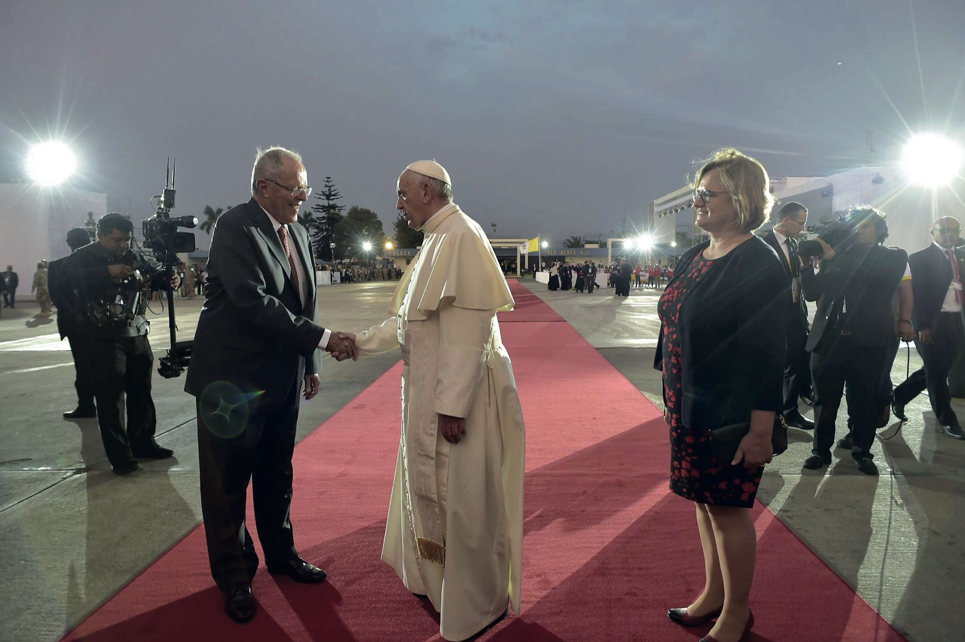 En el aeropuerto Jorge Chávez fue despedido por el presidente Pedro Kuczynski y su esposa./ AFP PHOTO / OSSERVATORE ROMANO / HO /