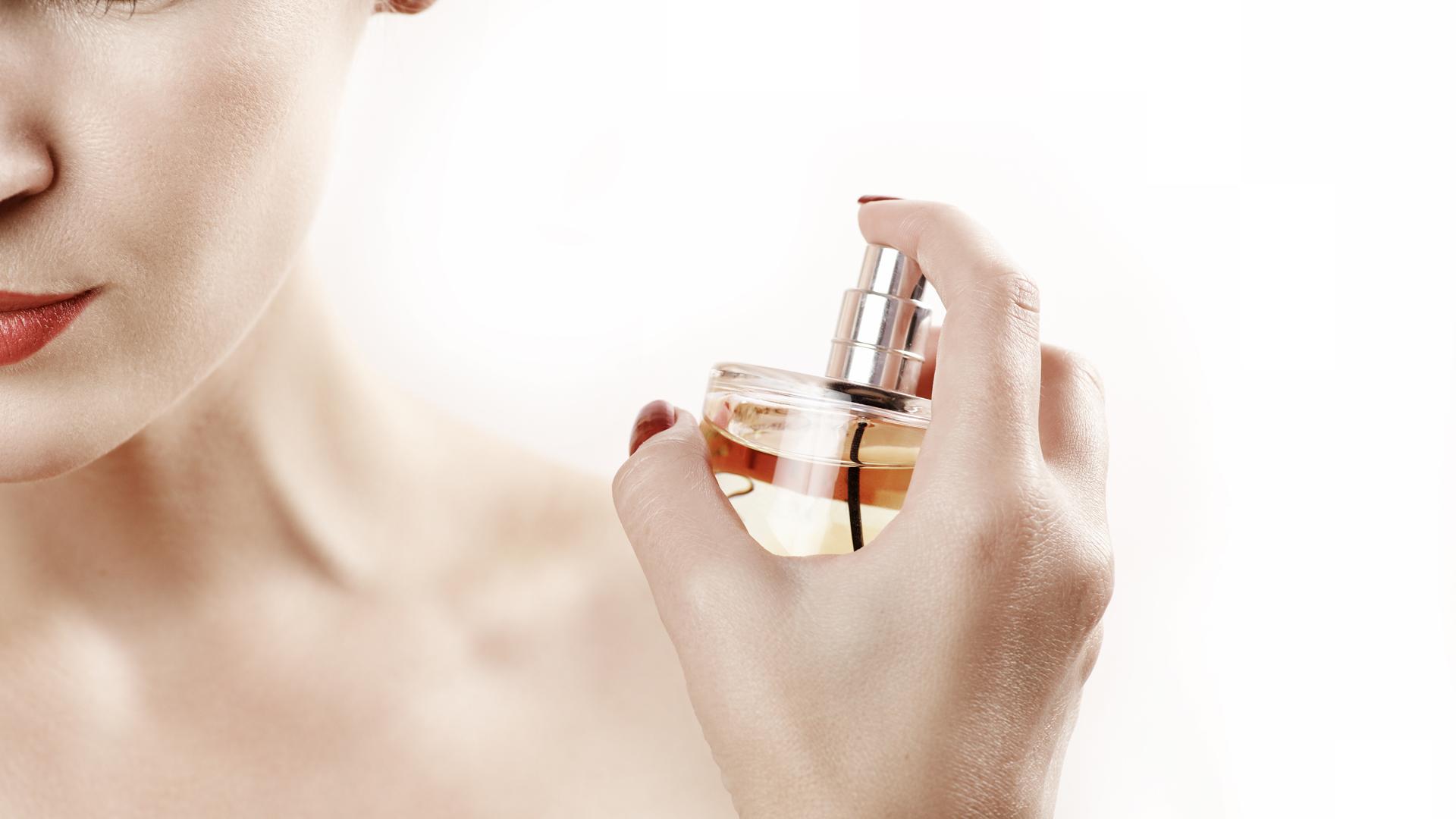 Cuello y muñecas son los principales zonas del cuerpo para perfumar para que la duración sea más prolongada (Getty Images)