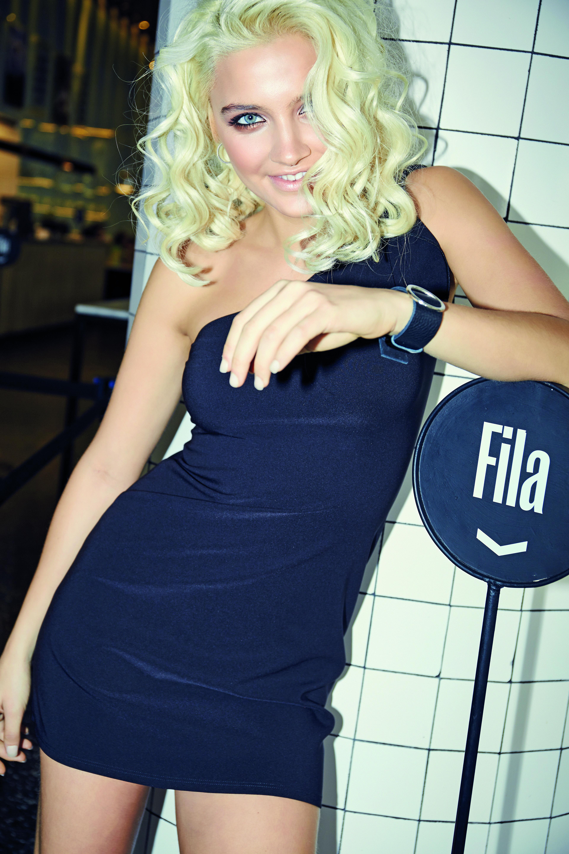Little black dress con volado (Muaa) y muñequera (Love Lola Accesorios).