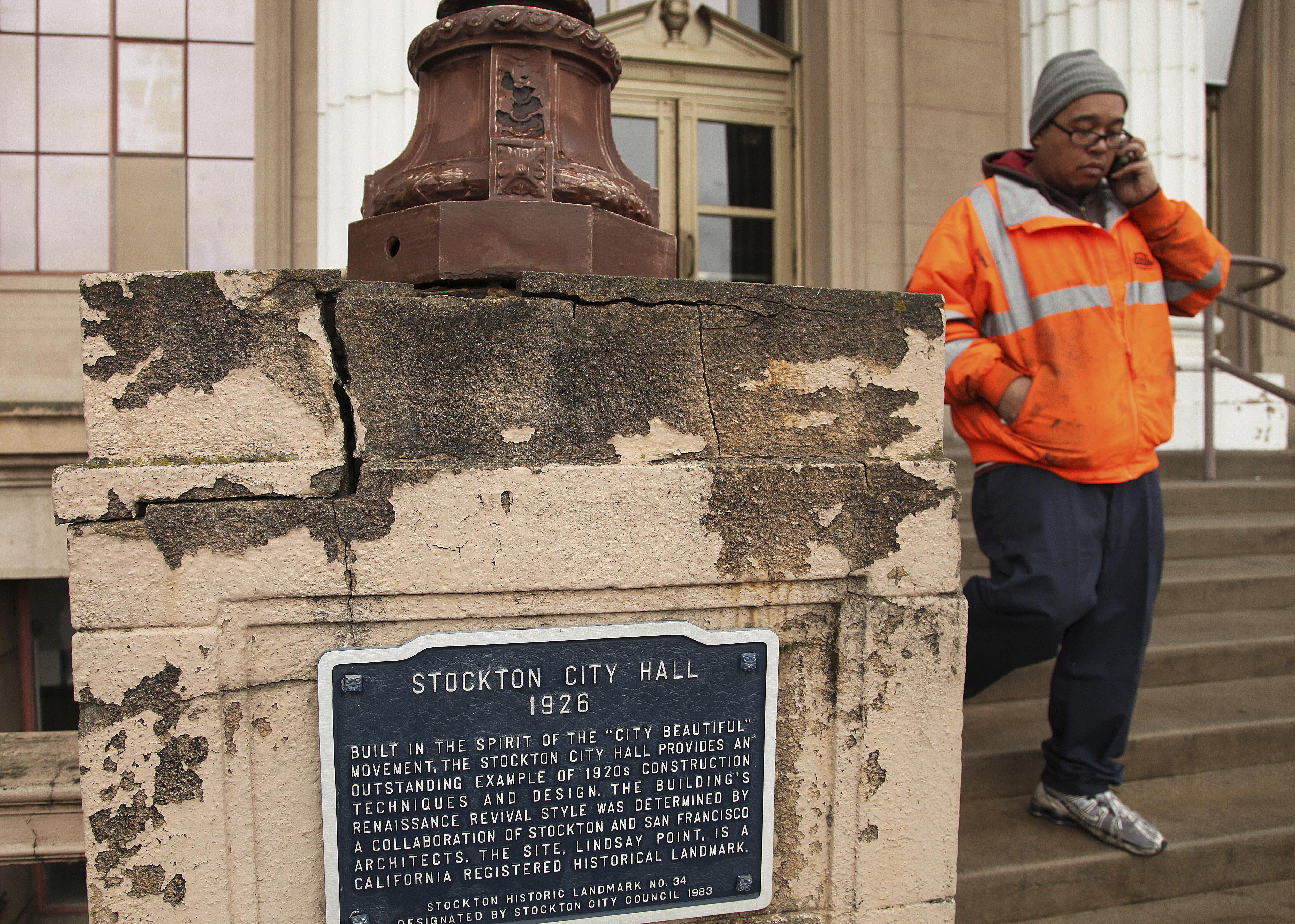 Un empleado municipal sale del ayuntamiento deStockton, en California (AP/Ben Margot, archivo)