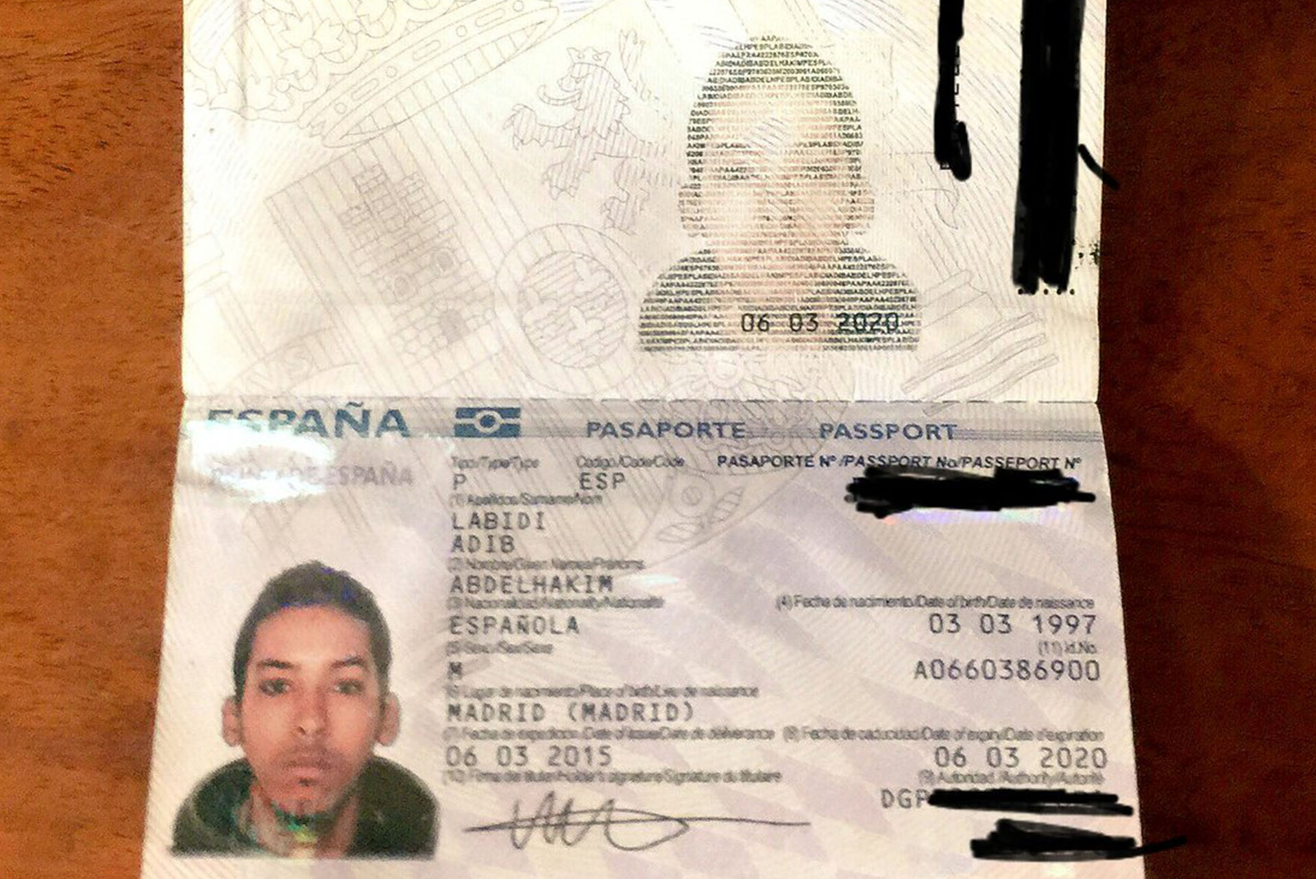 El pasaporte español hallado en su poder (@Undercover_Camo)