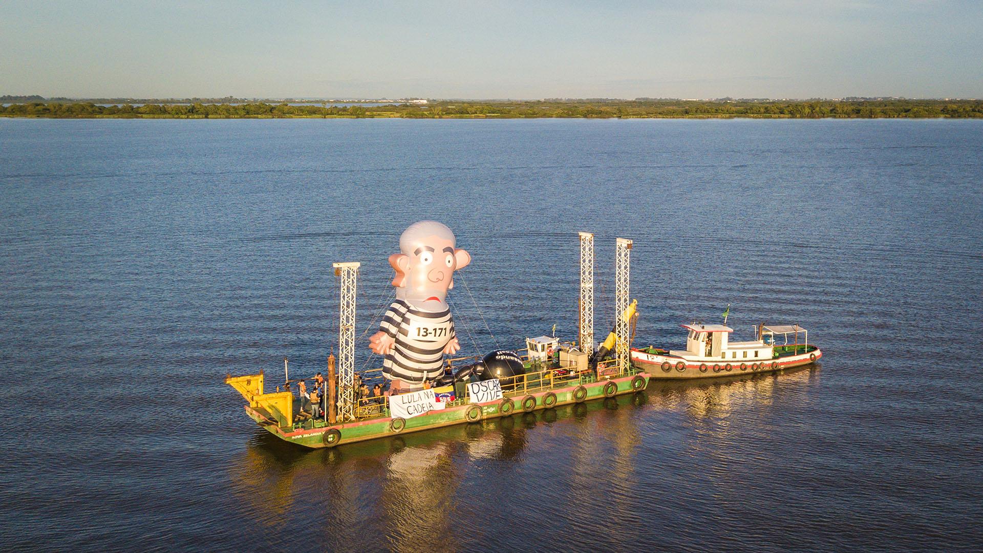 Un barco con Pixuleco a bordo, el inflable de Lula vestido con la ropa de preso (AFP)