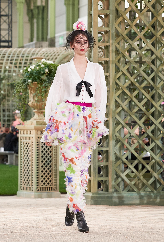 Faldas que entalladas con volados, camisas translúcidas con moño como las que vestía Coco Chanel