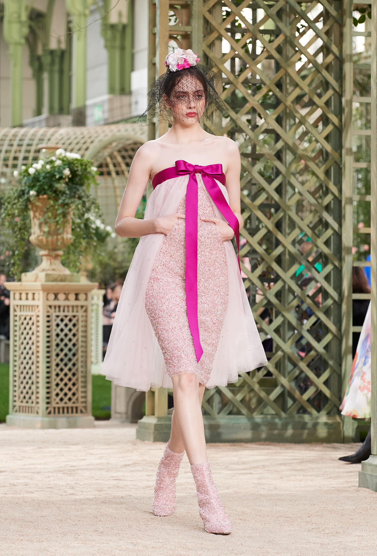 La femeneidad al límite acompañado de un tocado con velo y rosas emulando la estética flamenca