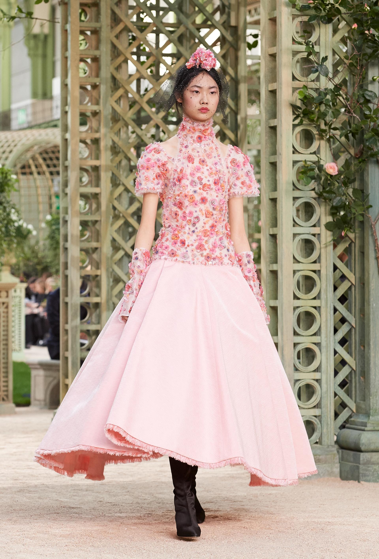 Bordados y falda en A, dibujan las siluetas femeninas de Chanel en tonos suaves