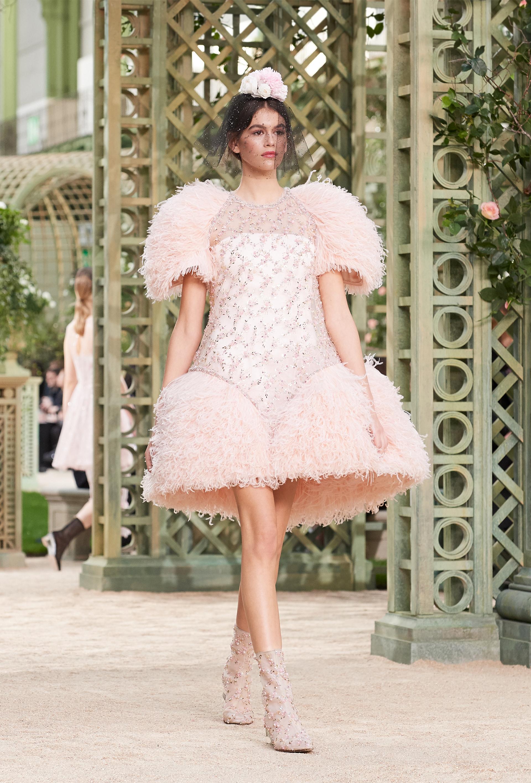 La maison presentó su romántica colección de alta costura en París. Kaia Gerber debutó en la pasarela de la alta costura
