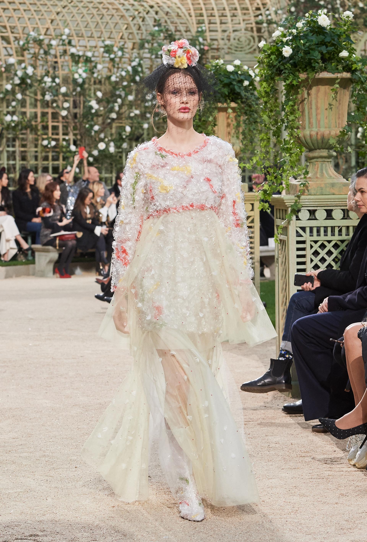 Flores, brillo y pailletes adornaban las piezas creadas por Karl Lagerfeld en el mítico escenario del Grand Palais emulando el espíritu de Coco