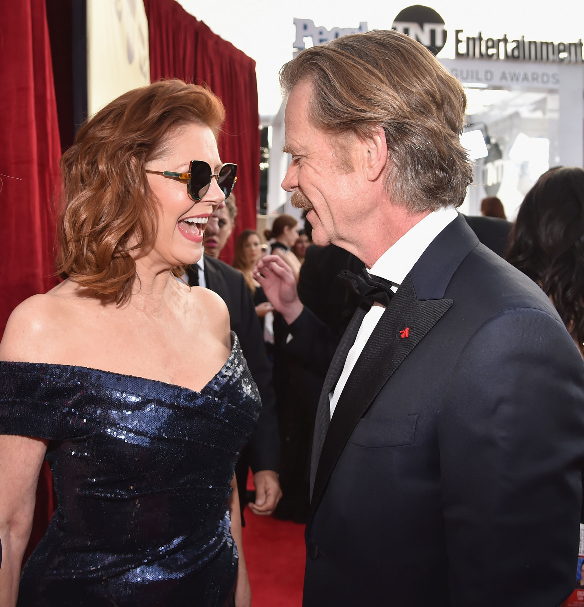 Dos viejos amigos que se saludan: Susan Sarandon (L) y William H. Macy. Foto by Kevin Mazur/Getty Images for Turner Image