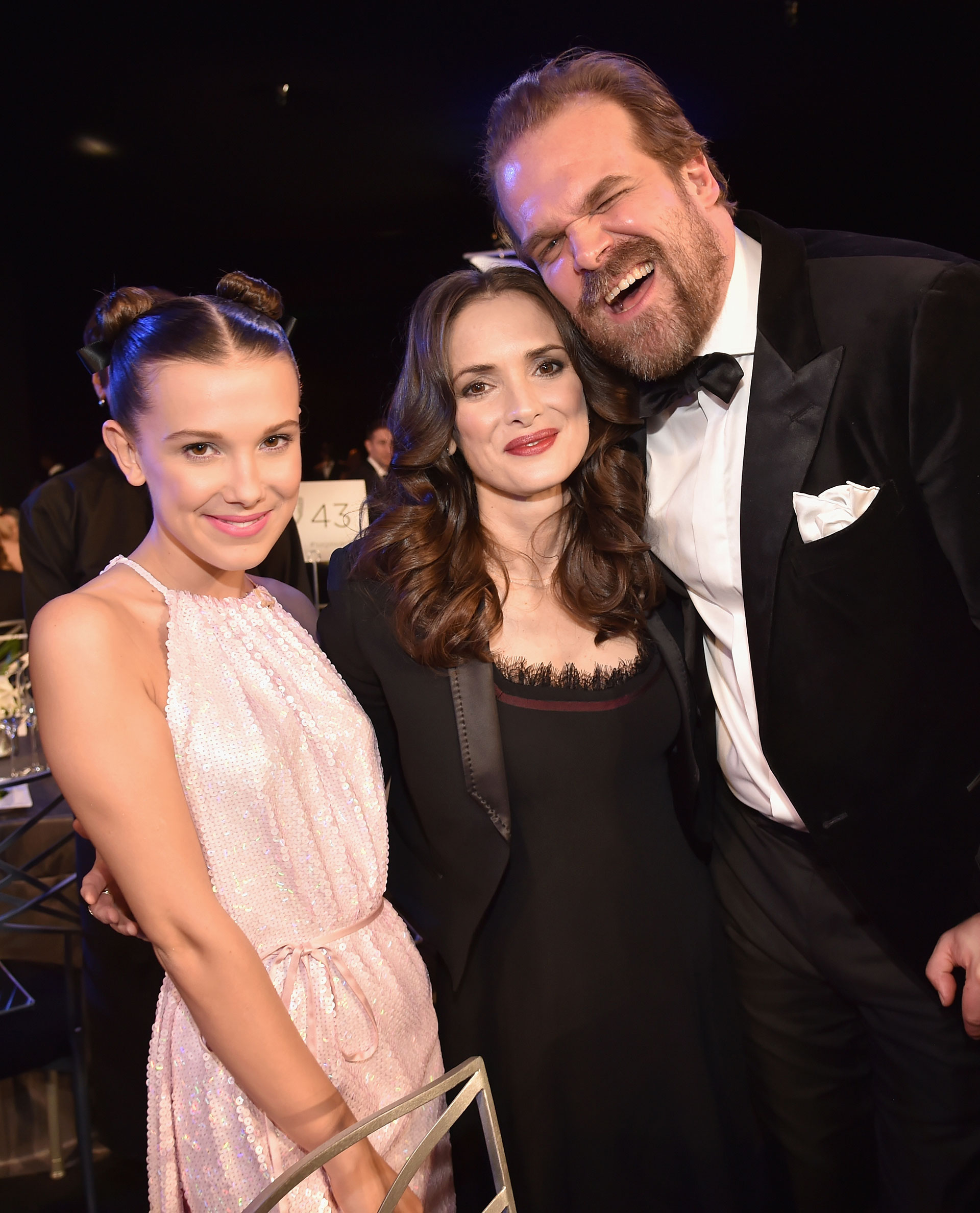 El encuentro entre Millie Bobby Brown, Winona Ryder y David Harbour. Foto by Kevin Mazur/Getty Images for Turner Image
