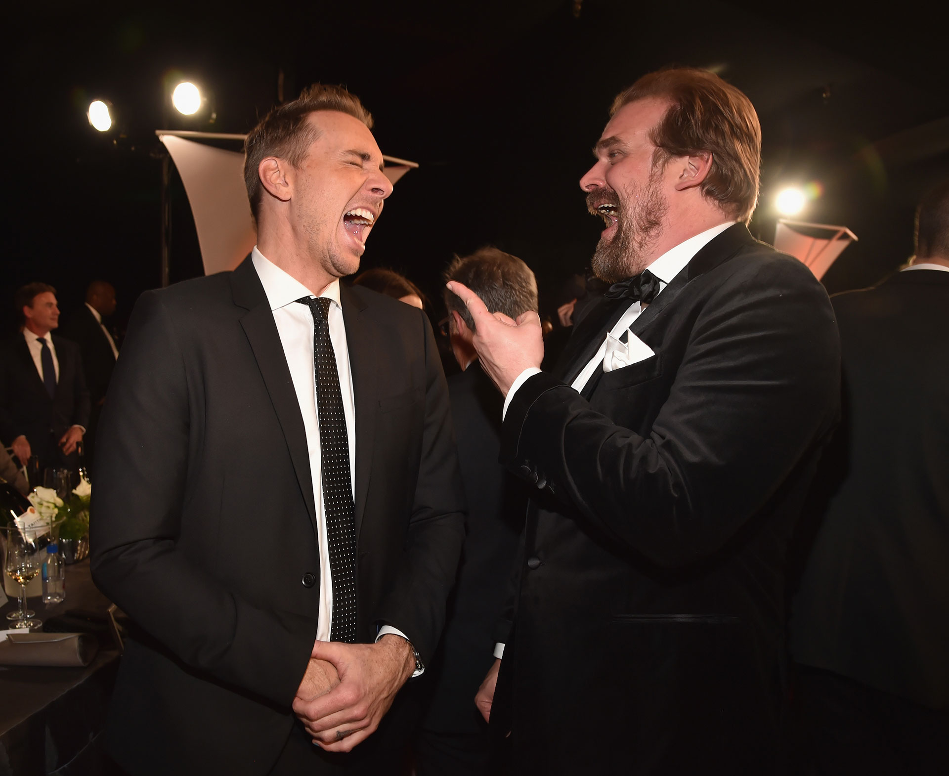 Muertos de risa Dax Shepard y David Harbour. Foto by Kevin Mazur Getty Images for Turner Image.
