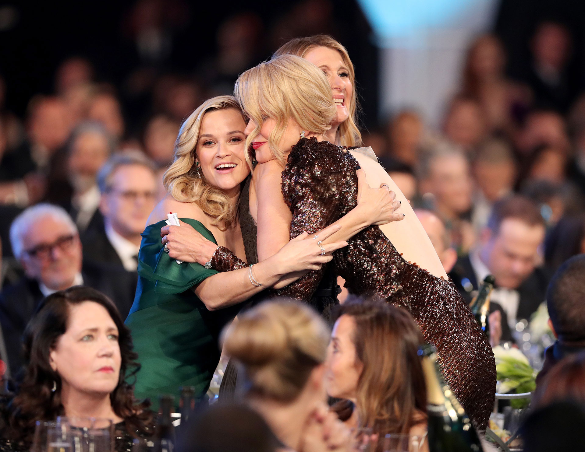 Abrazo de amigas: Nicole Kidman y Reese Whiterspoon. Foto by Christopher PolkGetty Images for Turner-Image)