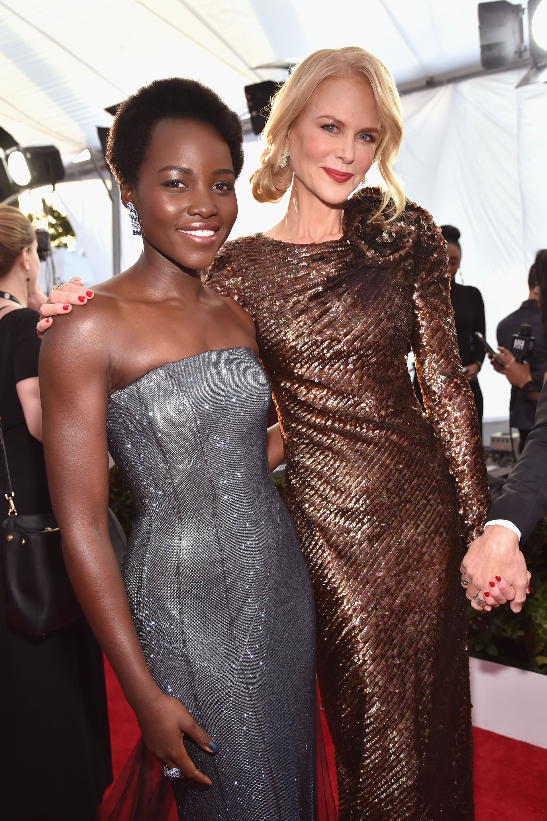 Un cálido encuentro entre Lupita Nyong y Nicole Kidman. Foto by Kevin MazurGetty Images for Turner Image.