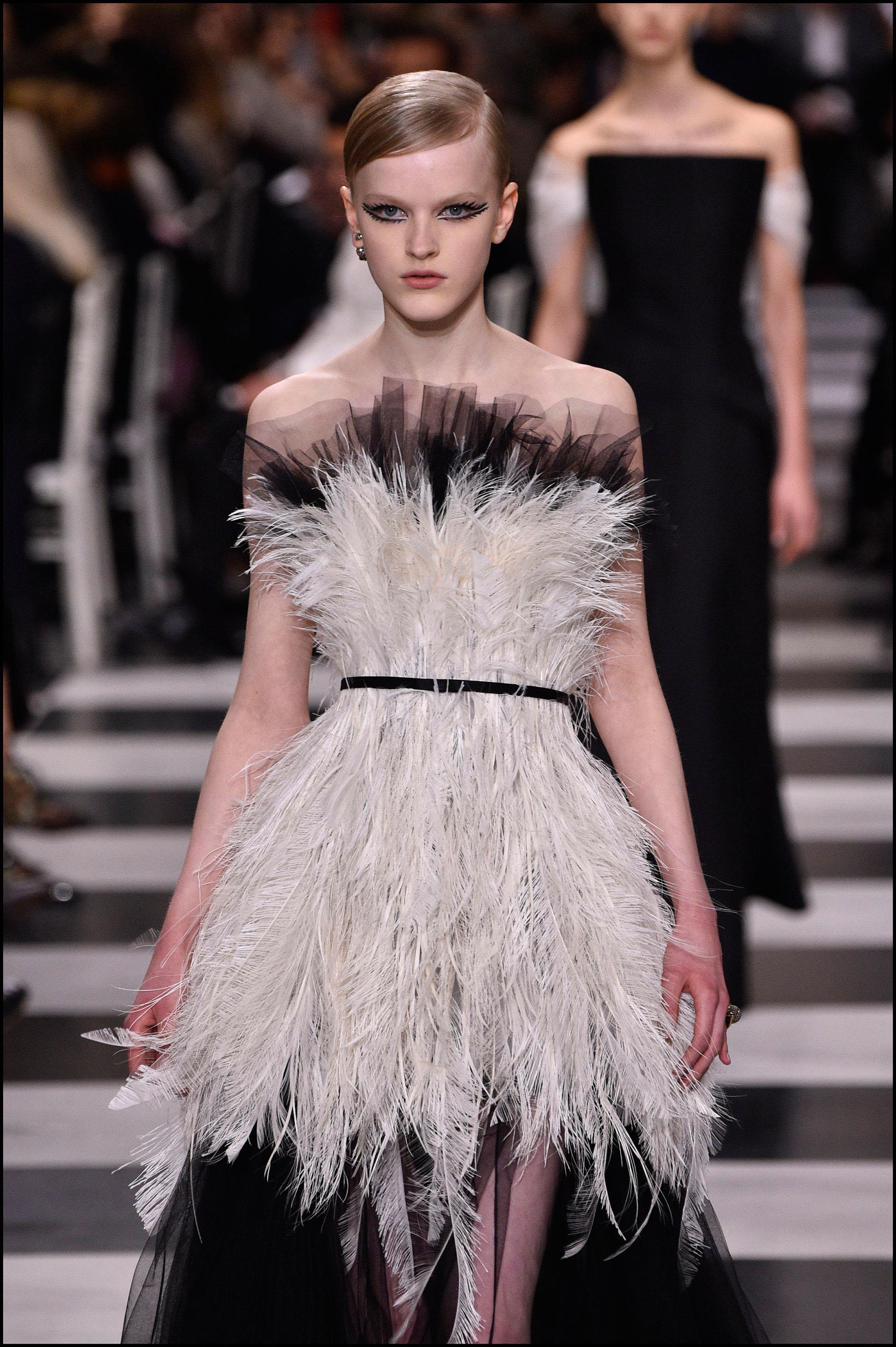 Vestido strapless con tejidos exclusivos: seda, tul, organza, plumeti, gasas semi-transparentes, pedrería y plumas.