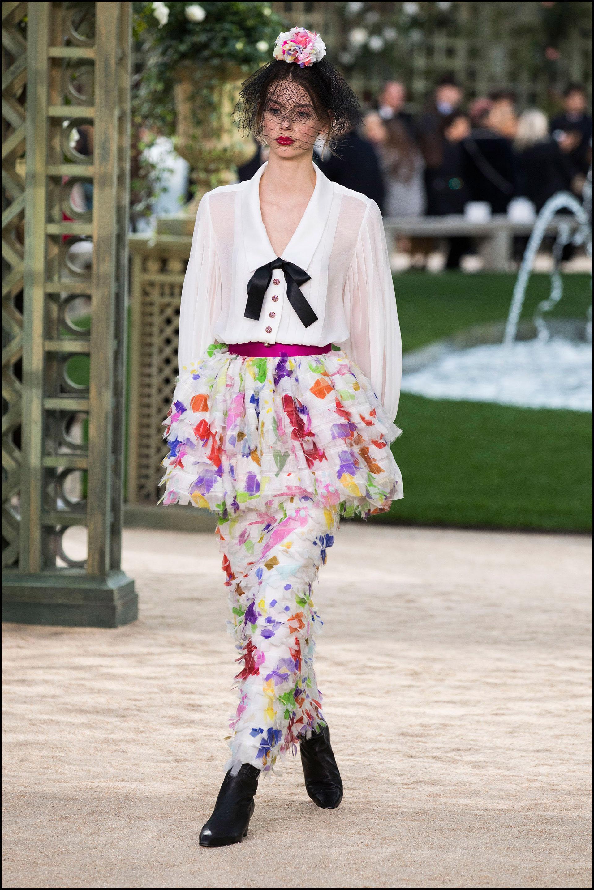 Faldas estampadas que incluían otra falda más cota encima se combinaron con delicadas blusas.