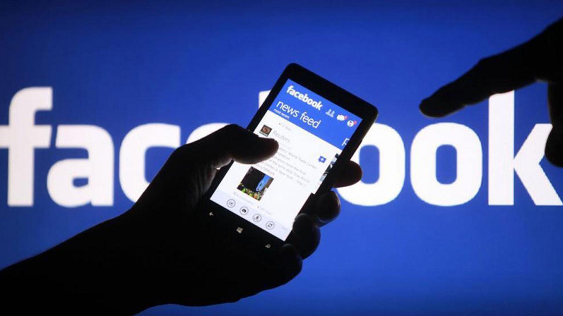Resultado de imagen para personas viendo sus celulares en facebook
