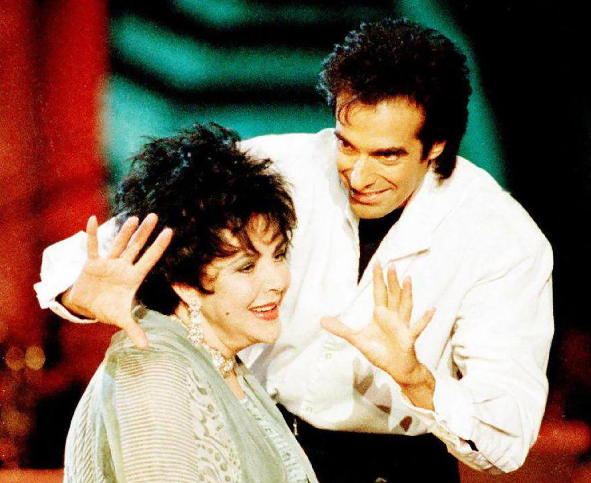David Copperfield junto a Elizabeth Taylor en uno de sus espectáculos