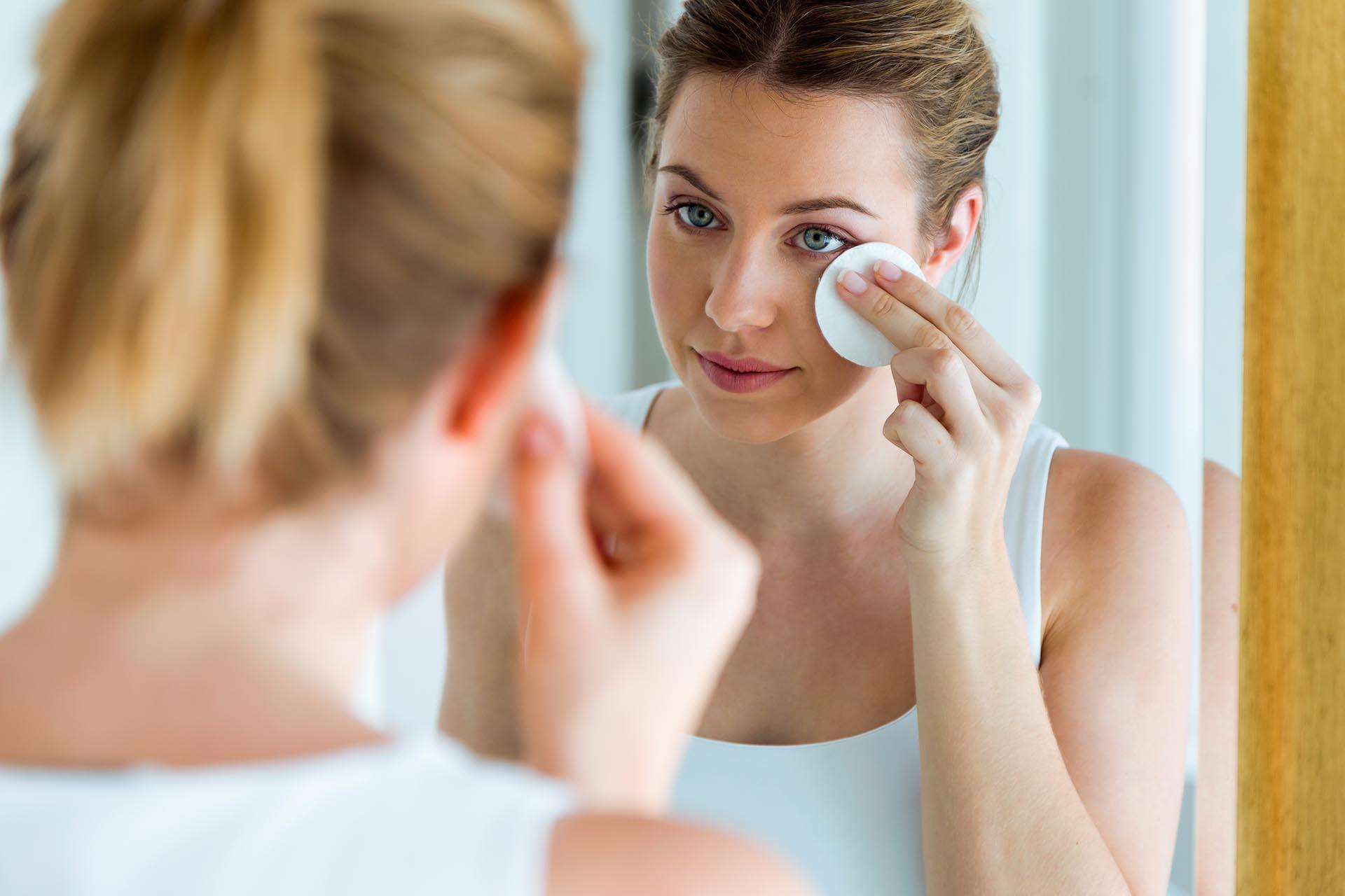 Agua micelar, toallitas o crema: cuál es el mejor método para sacar el maquillaje del rostro (Getty Images)