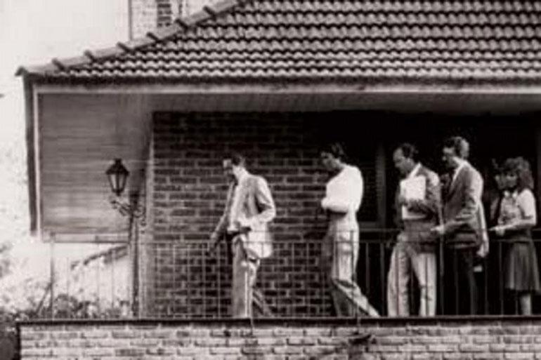 En la reconstrucción del homicidio, Monzón recorre el balcón junto al juez de la causa