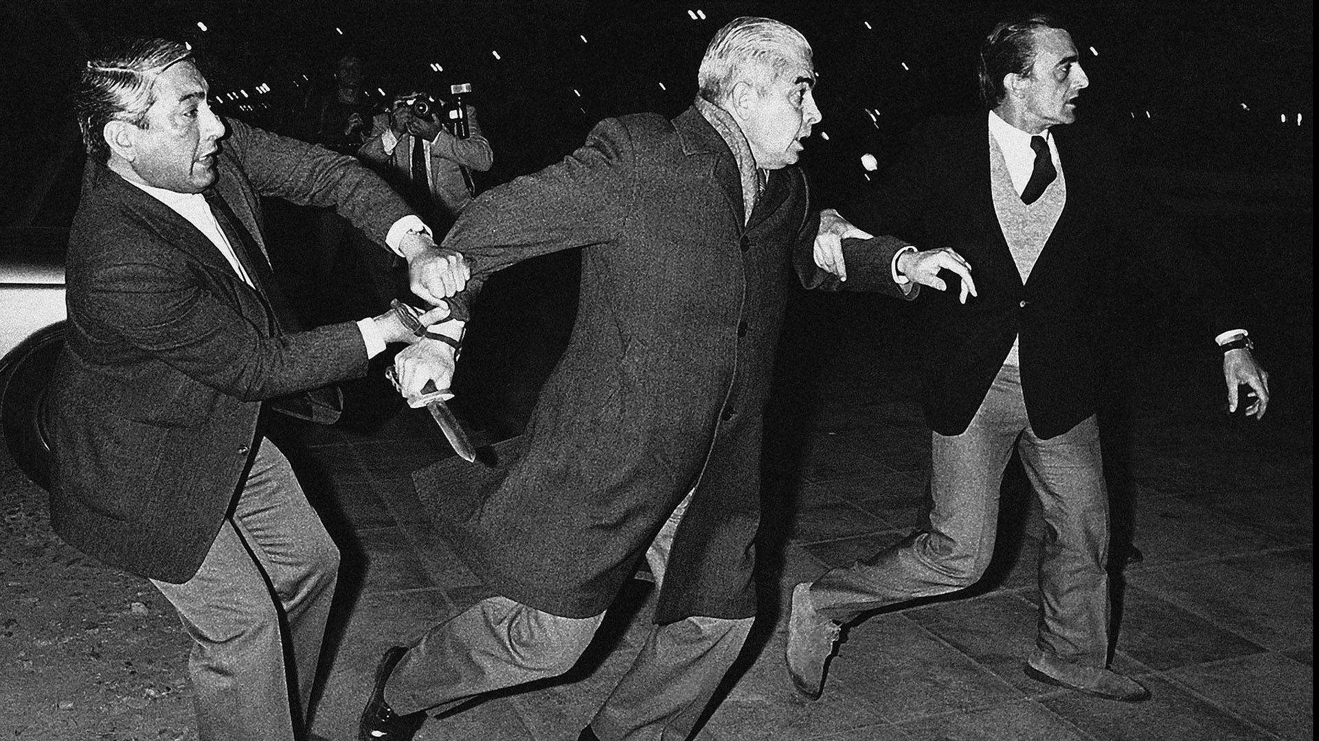 El momento en que Menéndez se baja del auto con un cuchillo y es frenado por su hijo y un custodio (Enrique Rosito/Argra)